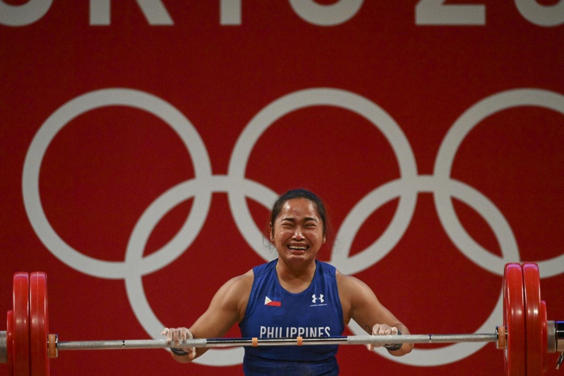 La filipina Hidilyn Díaz reacciona con llanto la obtención de su medalla histórica