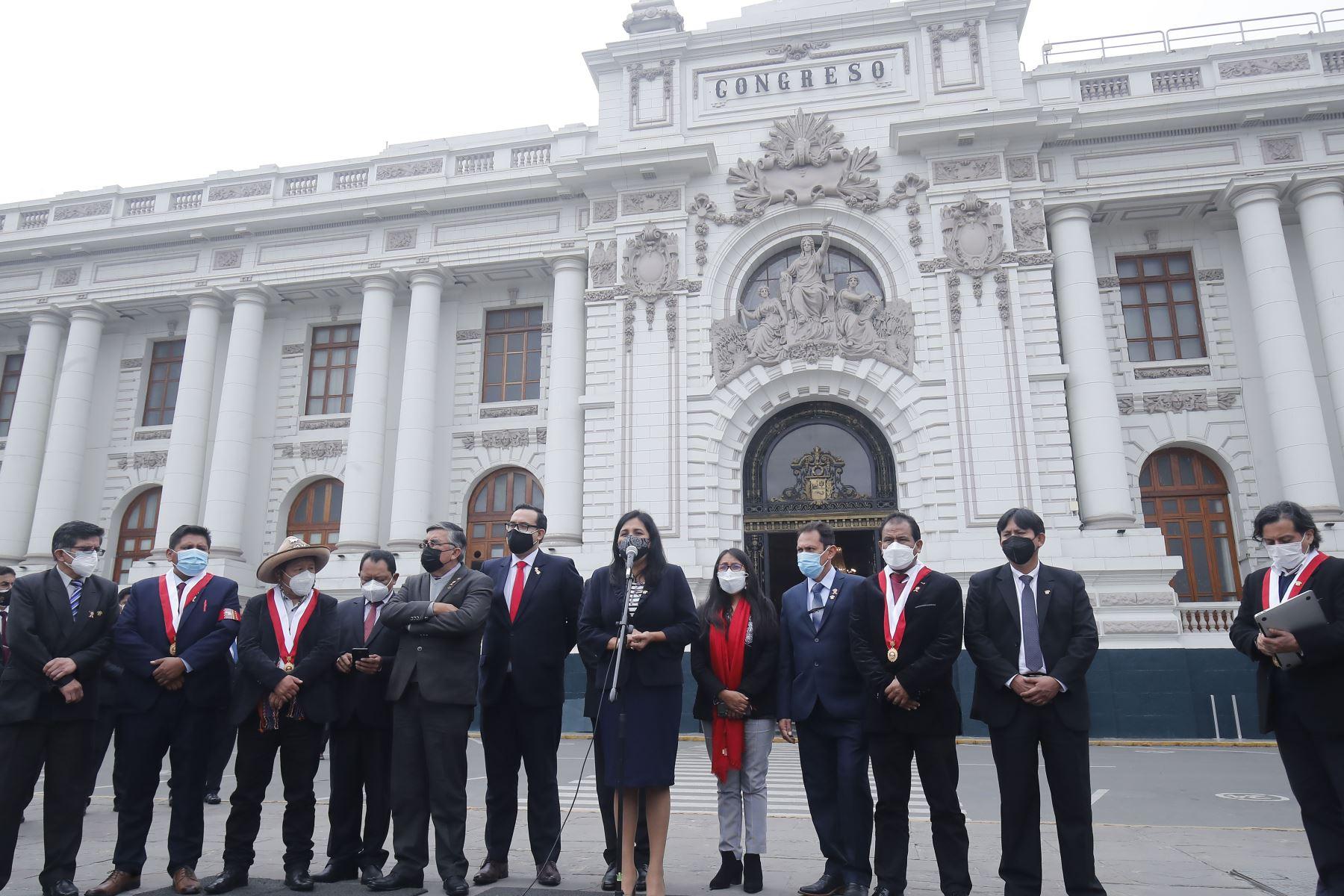 Congresistas de Perú Libre, declaran a la prensa en los exteriores del parlamento. Foto: ANDINA/Juan Carlos Guzmán