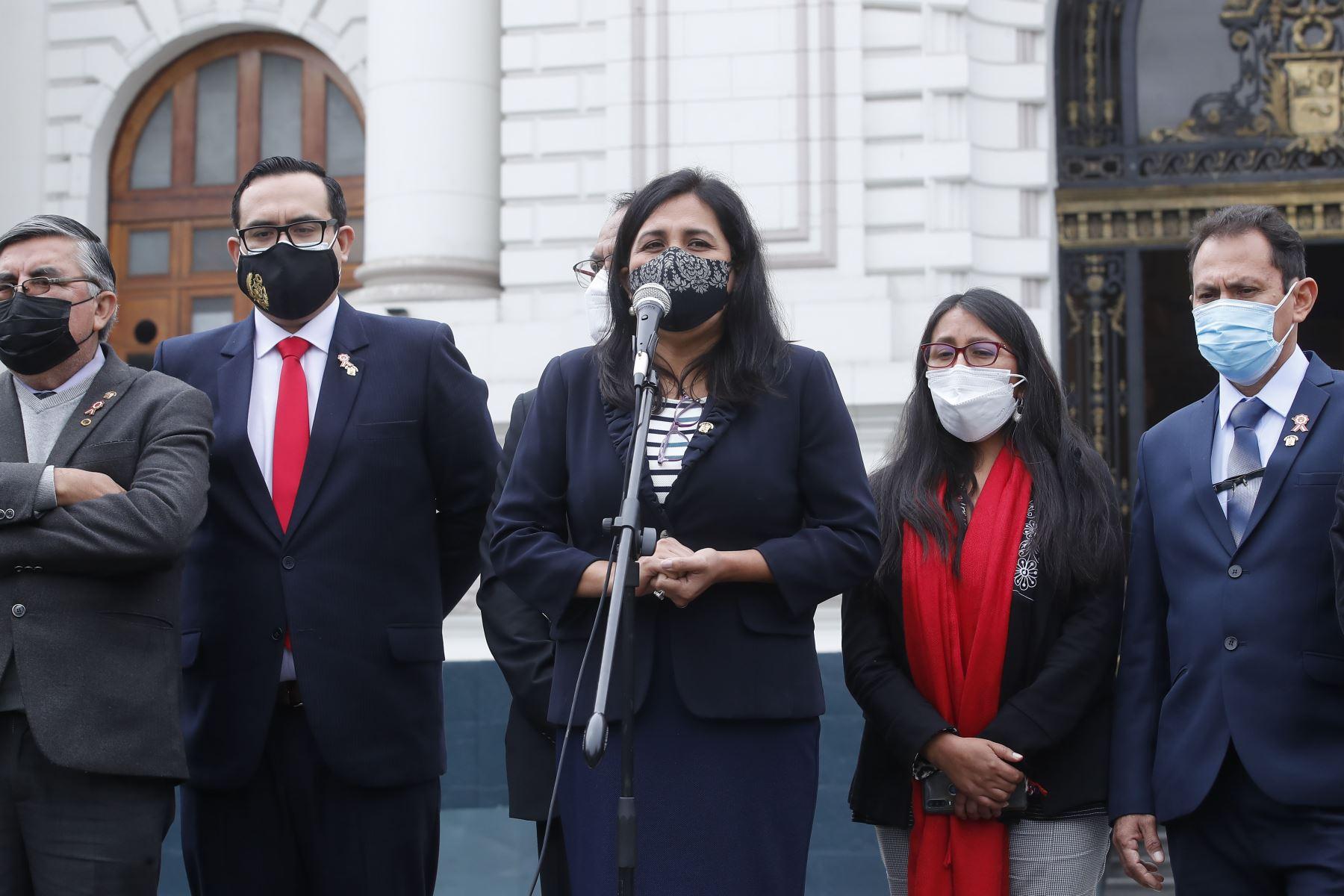 Congresista Flor Pablo Medina, declara a la prensa en los exteriores del parlamento. Foto: ANDINA/Juan Carlos Guzmán