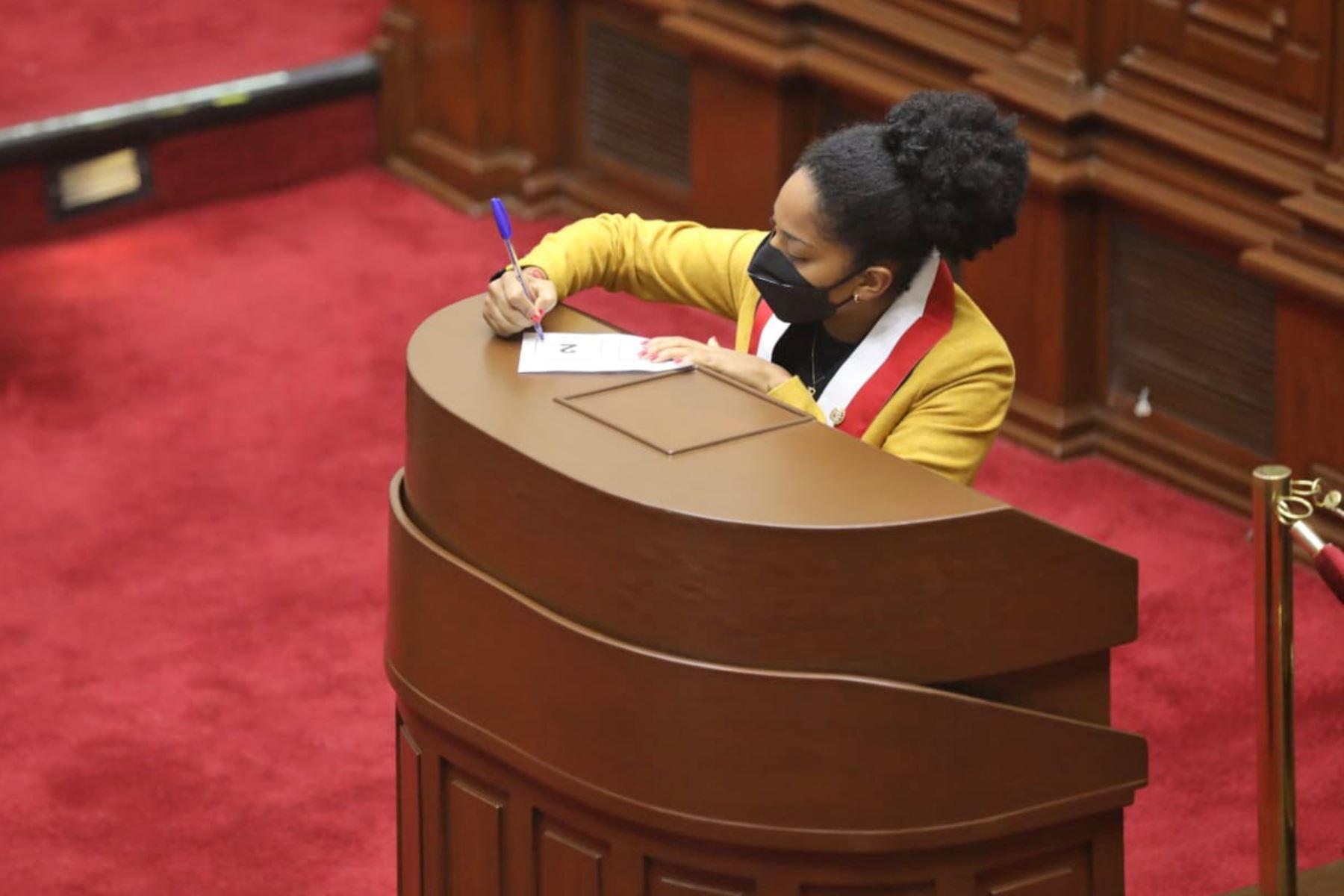 Rosangella Barbarán(FP), segunda secretaria de la Junta Preparatoria, durante la elección de los integrantes de la Mesa Directiva para el periodo legislativo 2021-2022. Foto: Congreso