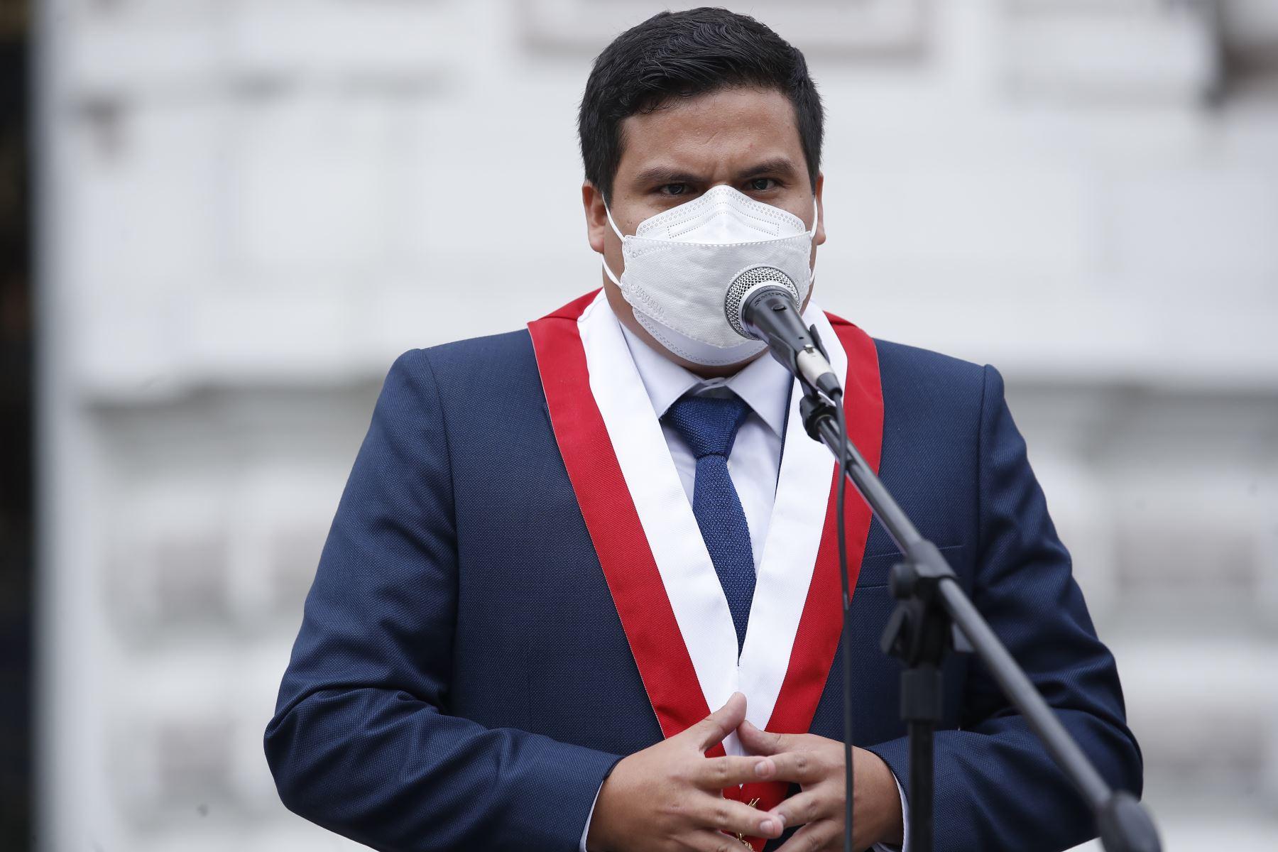 Declaraciones del congresista de Renovación Popular, Diego Bazán Calderón, en los exteriores del Congreso. Foto: ANDINA/ Juan Carlos Guzmán