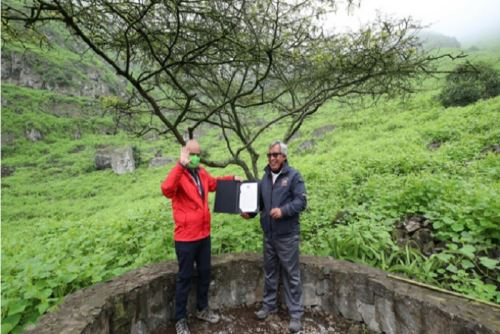 Jefe del Sernanp, Pedro Gamboa, le hizo entrega de dicho reconocimiento al titular del Minam.