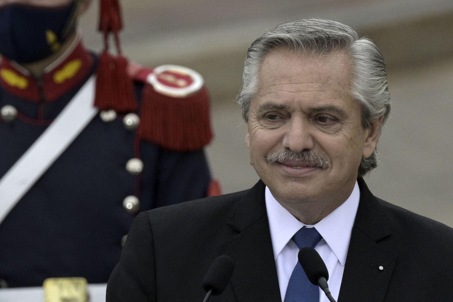 El mandatario argentino fue uno de los primeros en felicitar a Castillo por su triunfo electoral, pese a que aún no estaba finalizado el proceso de escrutinio. Foto: AFP
