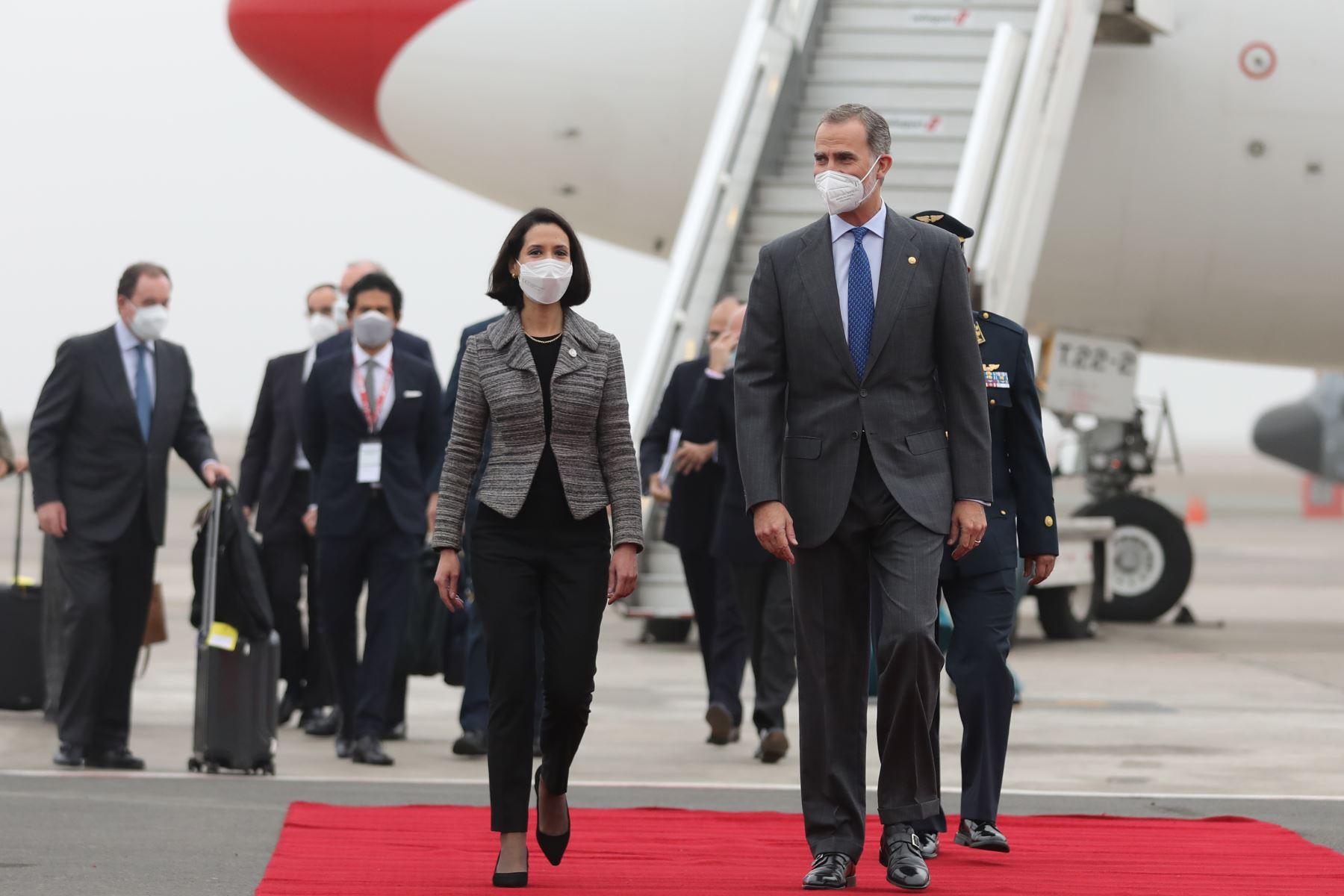 Al pisar suelo peruano, Felipe VI fue recibido por la ministra de Comercio Exterior y Turismo, Claudia Cornejo. Foto: ANDINA/Andrés Valle