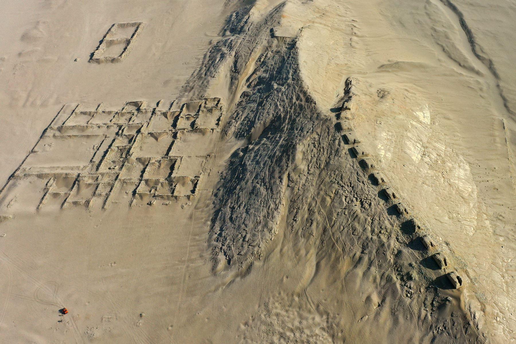 Vista aérea del Observatorio Solar Chankillo en Casma, Perú. Chankillo, el observatorio solar más antiguo de América entre 500 y 200 AC, es un complejo de piedra que incluye un templo, plaza y 13 torres alineadas desde el norte al sur a lo largo de la cima de una colina.  Foto: AFP