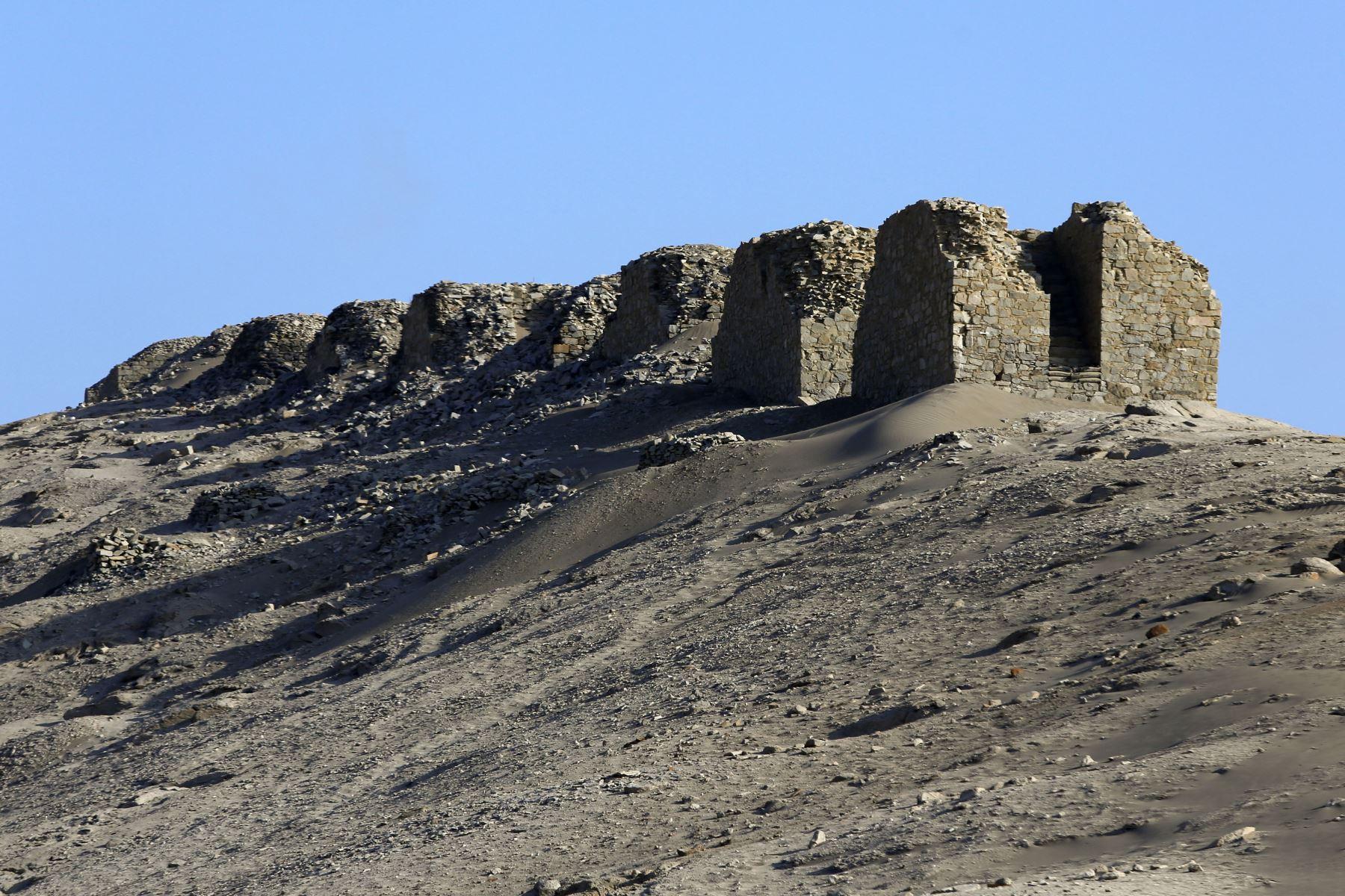 El complejo de Chankillo, hecho de piedra, está conformado por un centro ceremonial, una plaza y 13 torres construidas en hilera en una colina cercana en dirección de norte a sur  Foto: AFP