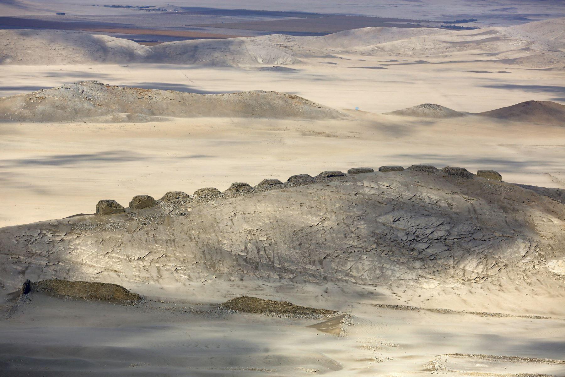 En esta foto de archivo , vista aérea del Observatorio Solar Chankillo cerca de Casma, Perú. - Chankillo, el observatorio solar más antiguo de América entre los años 500 y 200 a.C., fue incluido en la lista de sitios del patrimonio mundial de 2021 por el Comité del Patrimonio de la UNESCO. Foto: AFP
