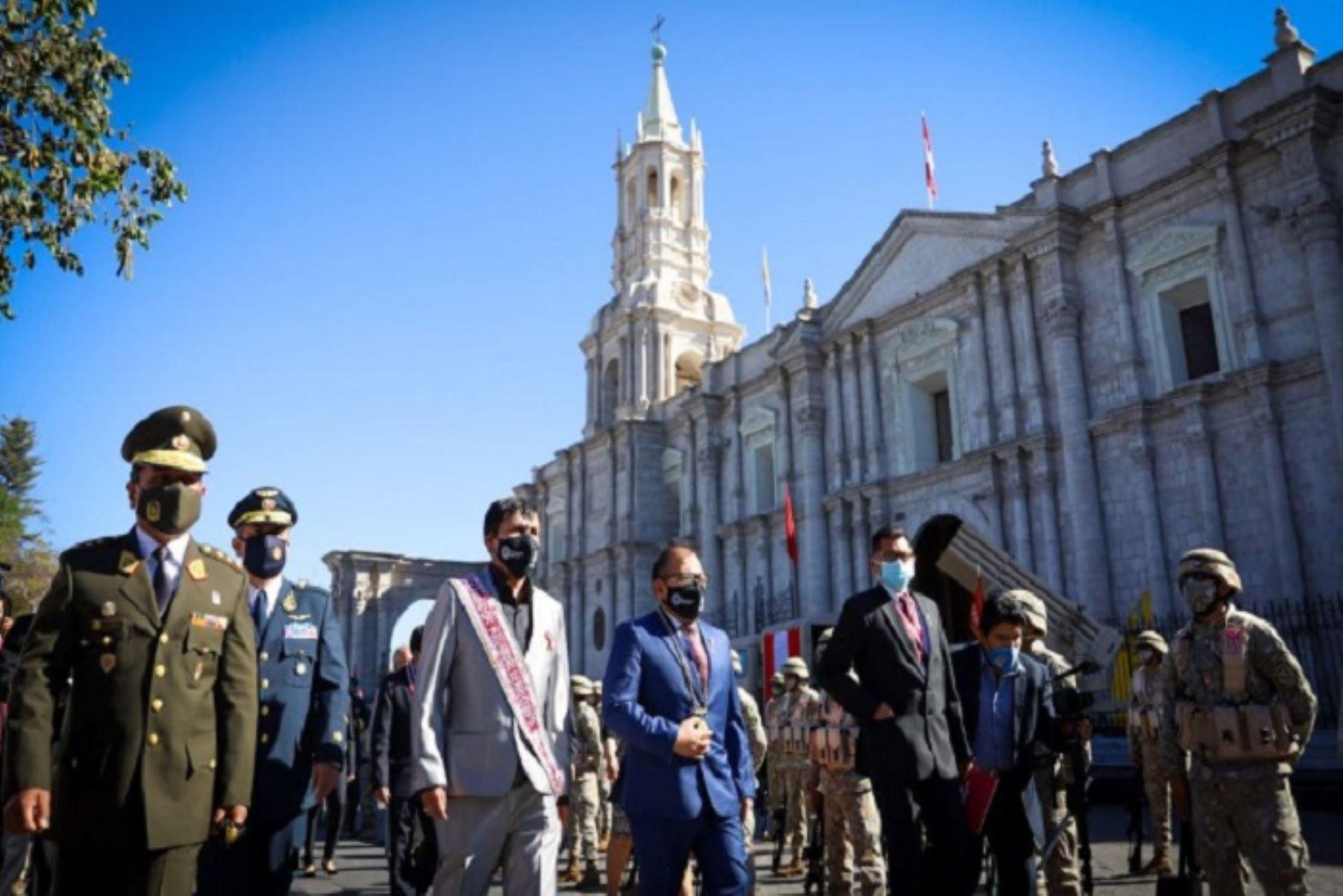 Autoridades y población de Arequipa celebran el Bicentenario del Perú