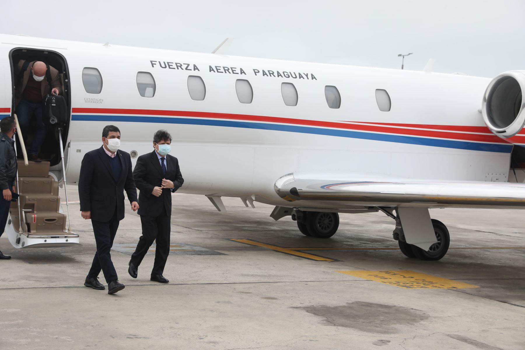 El vicepresidente de Paraguay, Hugo Velásquez, arriba al Grupo Aéreo Nº 8 para estar presente en la toma de posesión del presidente electo, Pedro Castillo. Delegación fue recibida por el ministro de Justicia, Eduardo Ernesto Vega.  Foto: ANDINA/Andrés Valle