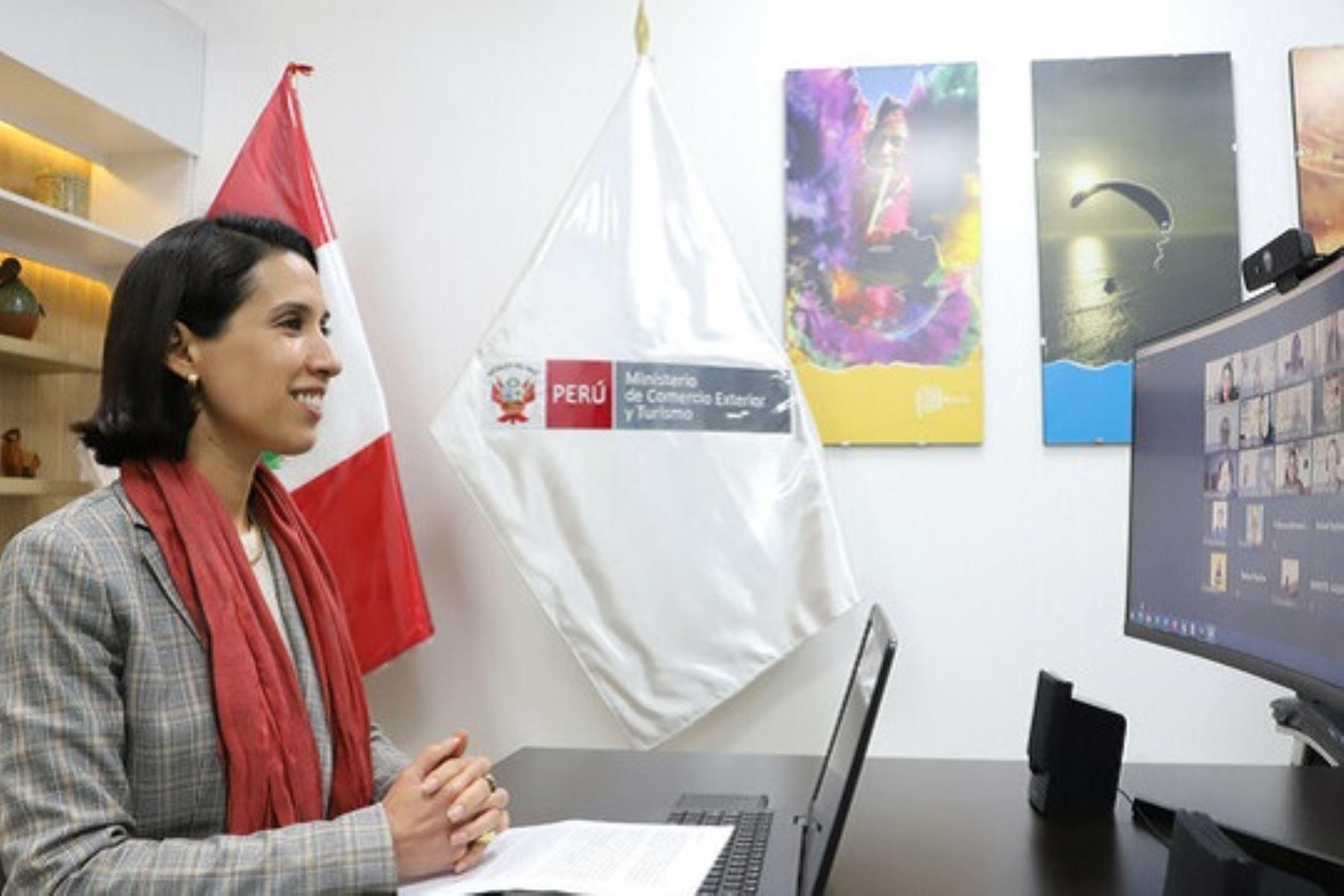 Ministra de Comercio Exterior y Turismo, Claudia Cornejo, felicita a los ganadores de la 10ma edición del Premio Nacional de Diseño de la Artesanía Peruana. Foto: Cortesía.