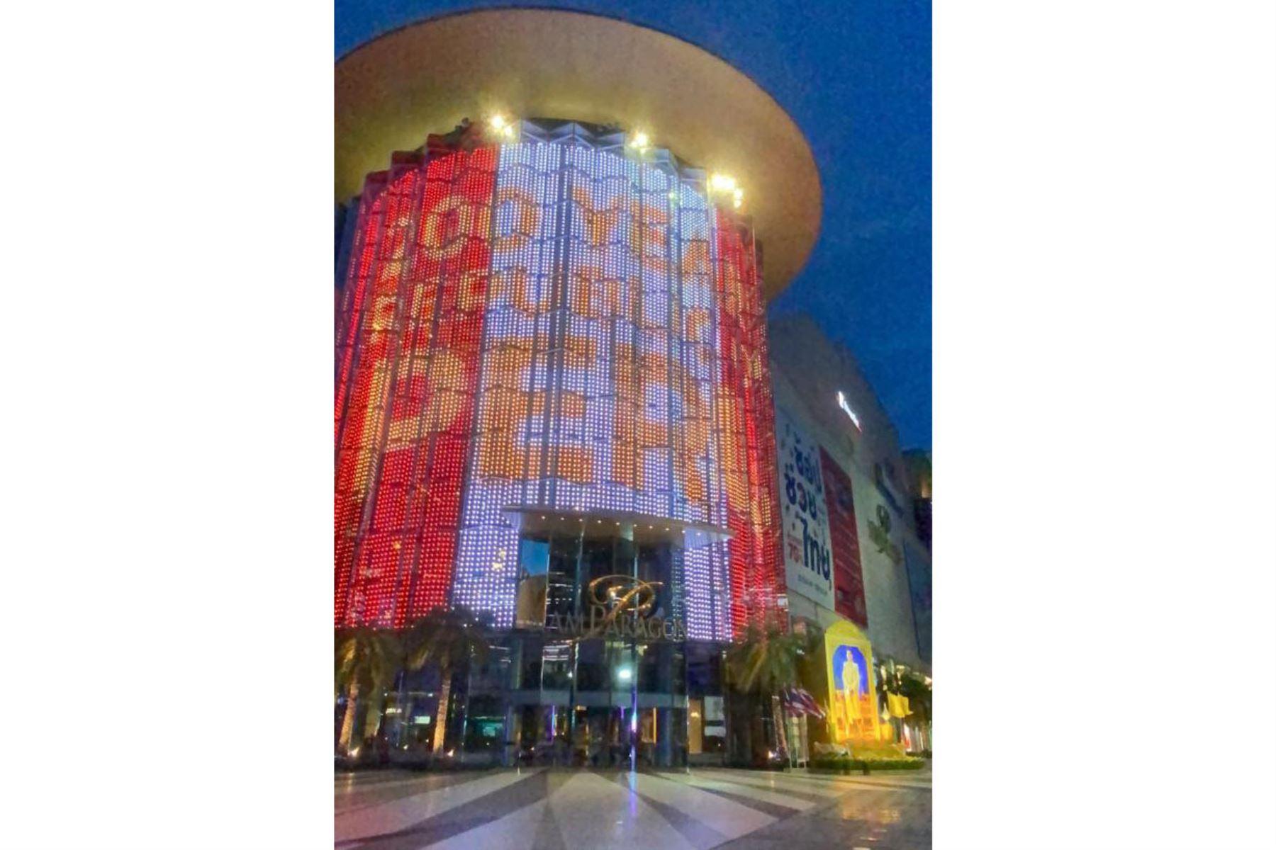 Se ilumina con los colores del Perú la Torre Pearl de Bangkok, Tailandia, con motivo de nuestro del Bicentenario en Perú. Foto: @CancilleriaPeru