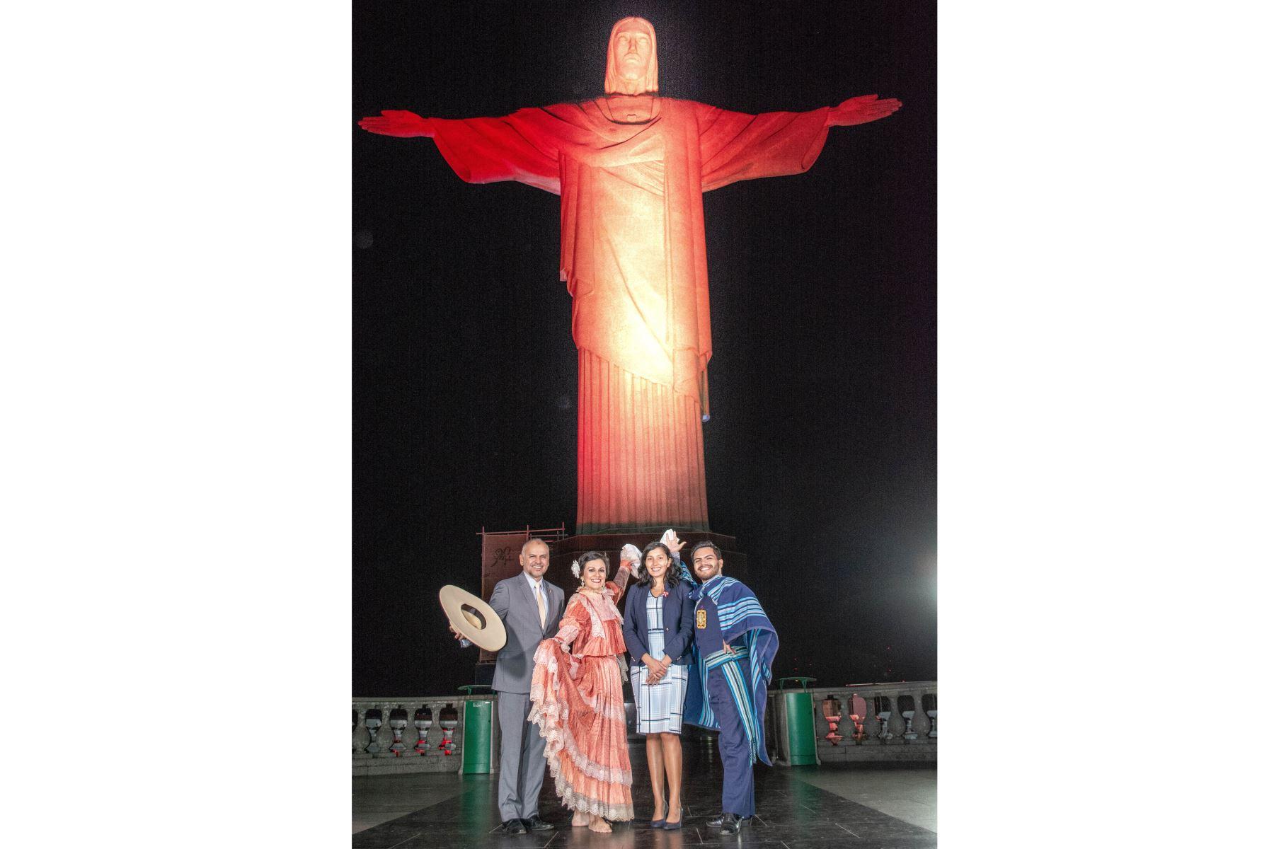El Consulado General del Perú en Rio de Janeiro, con el apoyo del Santuario Cristo Redentor, organizó el homenaje por el Bicentenario de la Independencia del Perú, iluminando una de las siete maravillas del mundo moderno con los colores de nuestra bandera. Foto: Cancillería del Perú