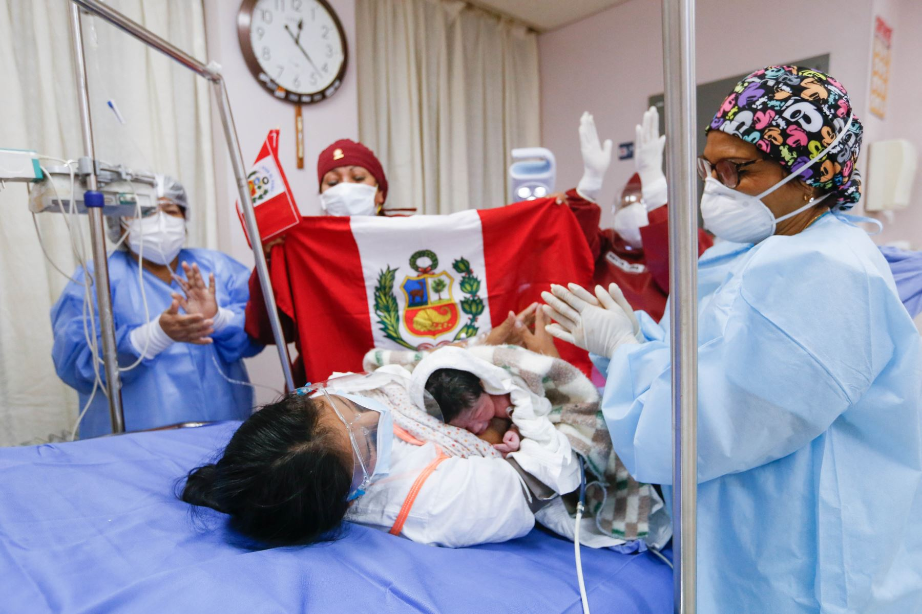 El recién nacido pesó 3,570 kilogramos y midió 51 centímetros, y su primer llanto será recordado por siempre ya que no solo emocionó a la madre sino también a los médicos, obstetras y enfermeras, que con convicción y banderas en mano le entonaron la canción