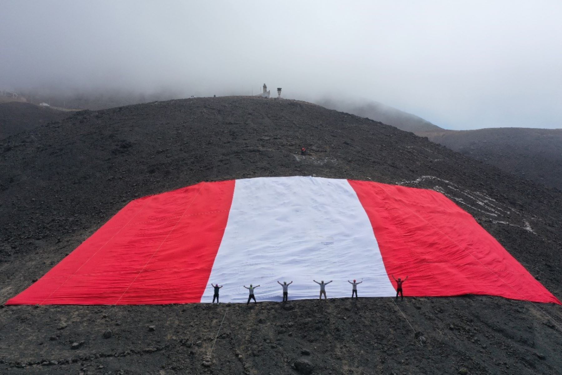 Jóvenes ancashinos colocaron la bandera peruana en lo alto del emblemático cerro de la Juventud, en Chimbote. ANDINA/Difusión