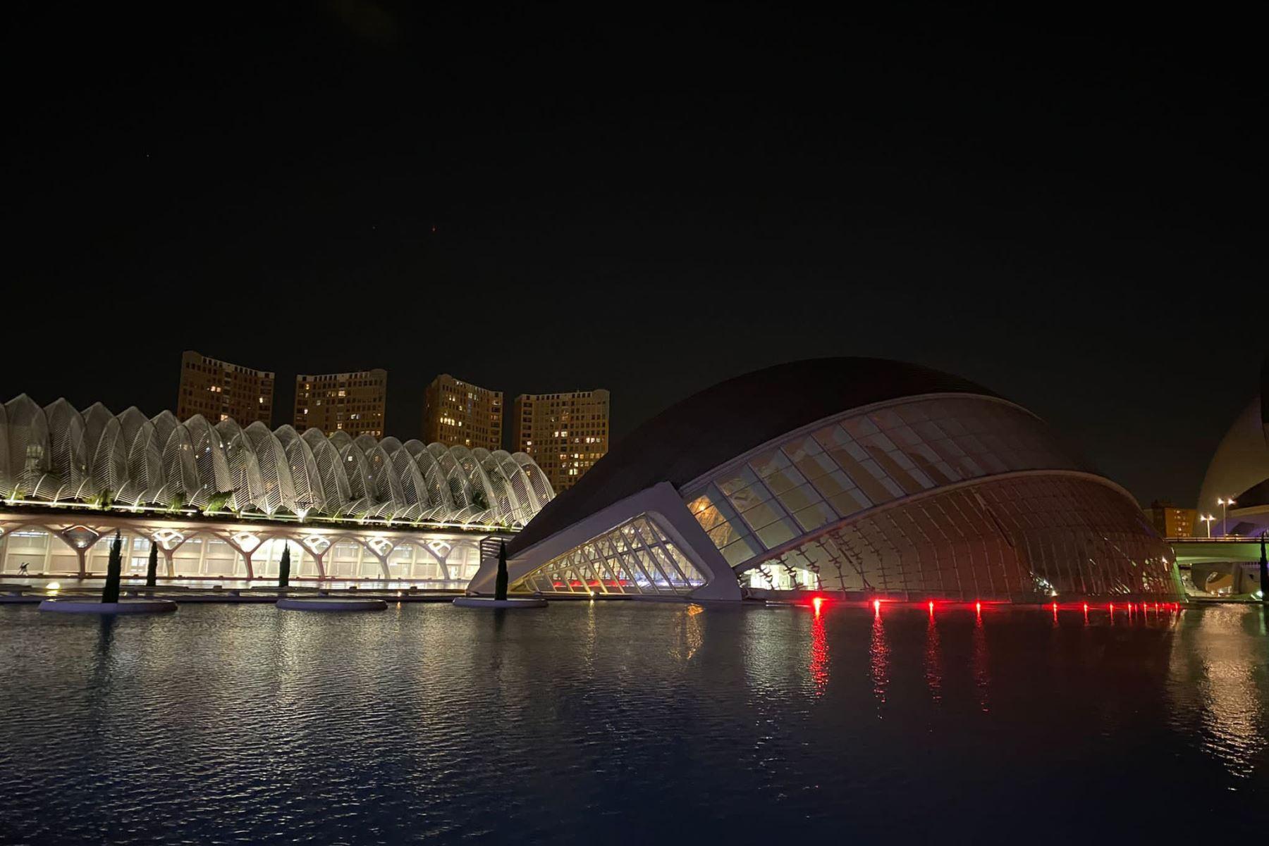 """La emblemática """"Ciutat de les Arts i les Ciències"""" de Valencia, España, se ilumina el 28 de julio con los colores del Perú en el marco de la celebración del Bicentenario de Perú.  Foto:@Consul_Valencia"""