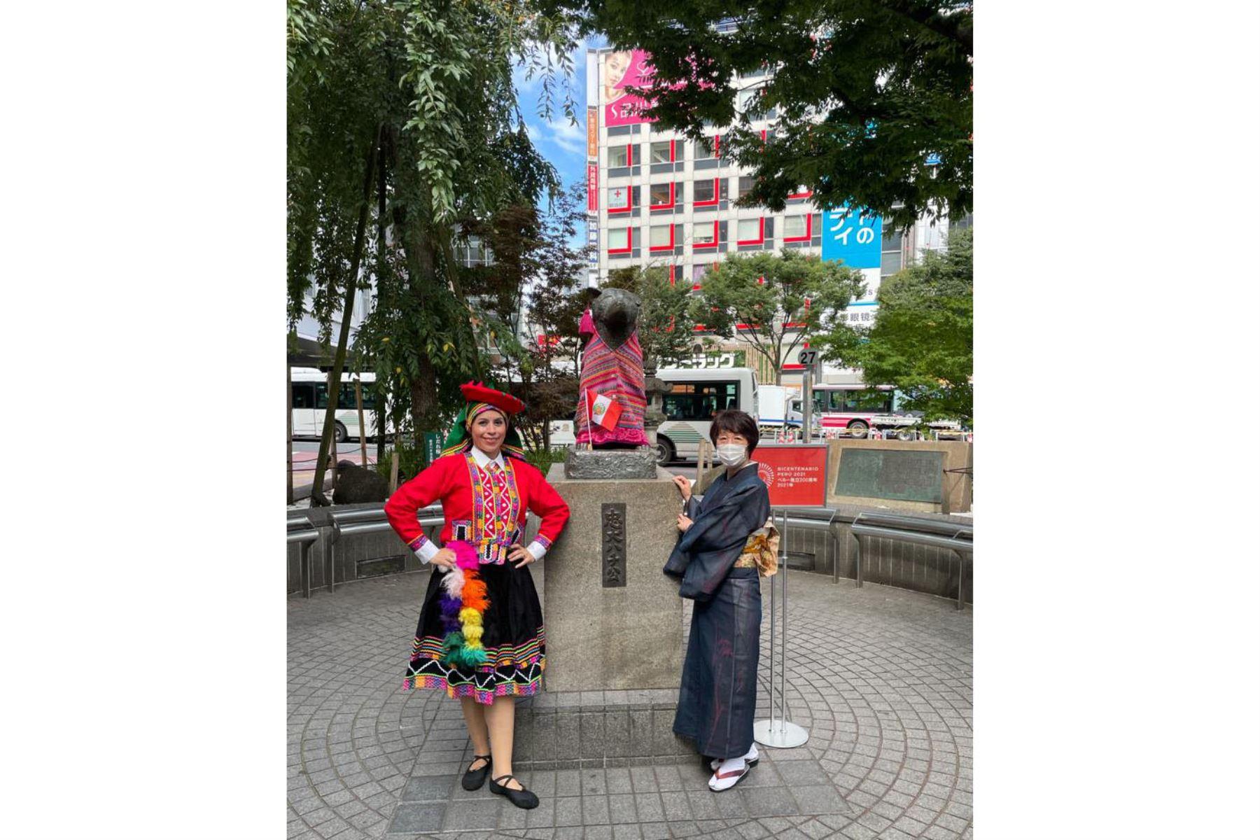 Con ocasión del Bicentenario en Perú, la famosa estatua de Hachiko se viste con un traje típico del Perú. Foto:@CancilleriaPeru