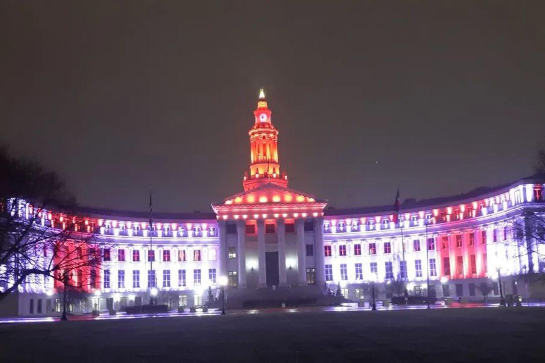 El Palacio Municipal de Denver se iluminó con los colores rojo y blanco para conmemorar  el Bicentenario en Perú. Foto @CancilleriaPeru