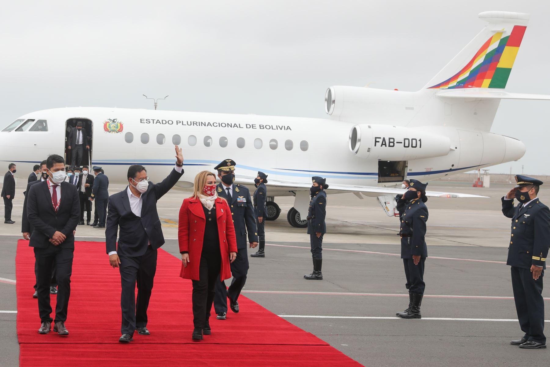 El presidente de Bolivia, Luis Arce, arriba al Grupo Aéreo Nº 8 para estar presente en la toma de posesión del presidente electo, Pedro Castillo. Delegación fue recibida por la presidenta ejecutiva de EsSalud, Fiorella Molinelli.  Foto: ANDINA/Andrés Valle