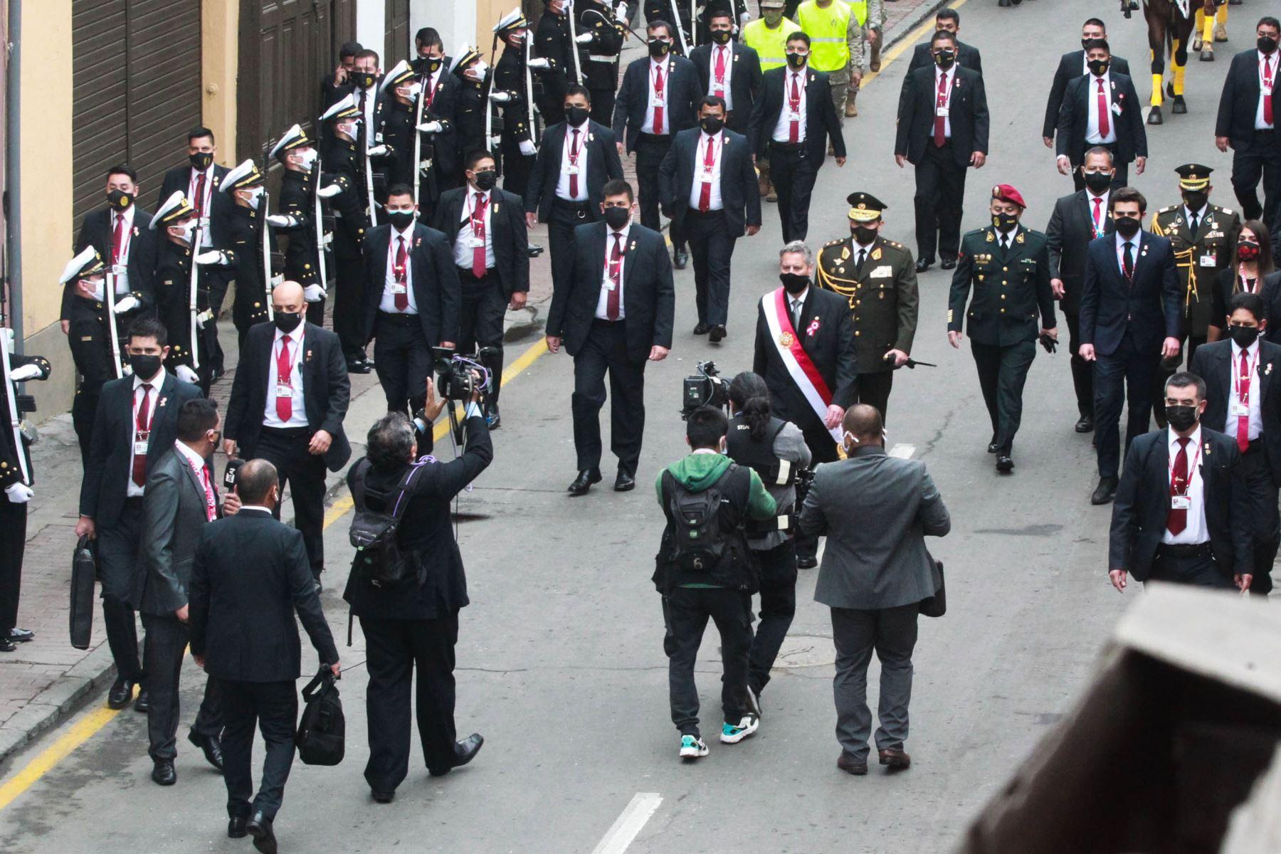 Presidente Francisco Sagasti en calle Junín camino al Congreso de la República  Foto: ANDINA/Jhony Laurente