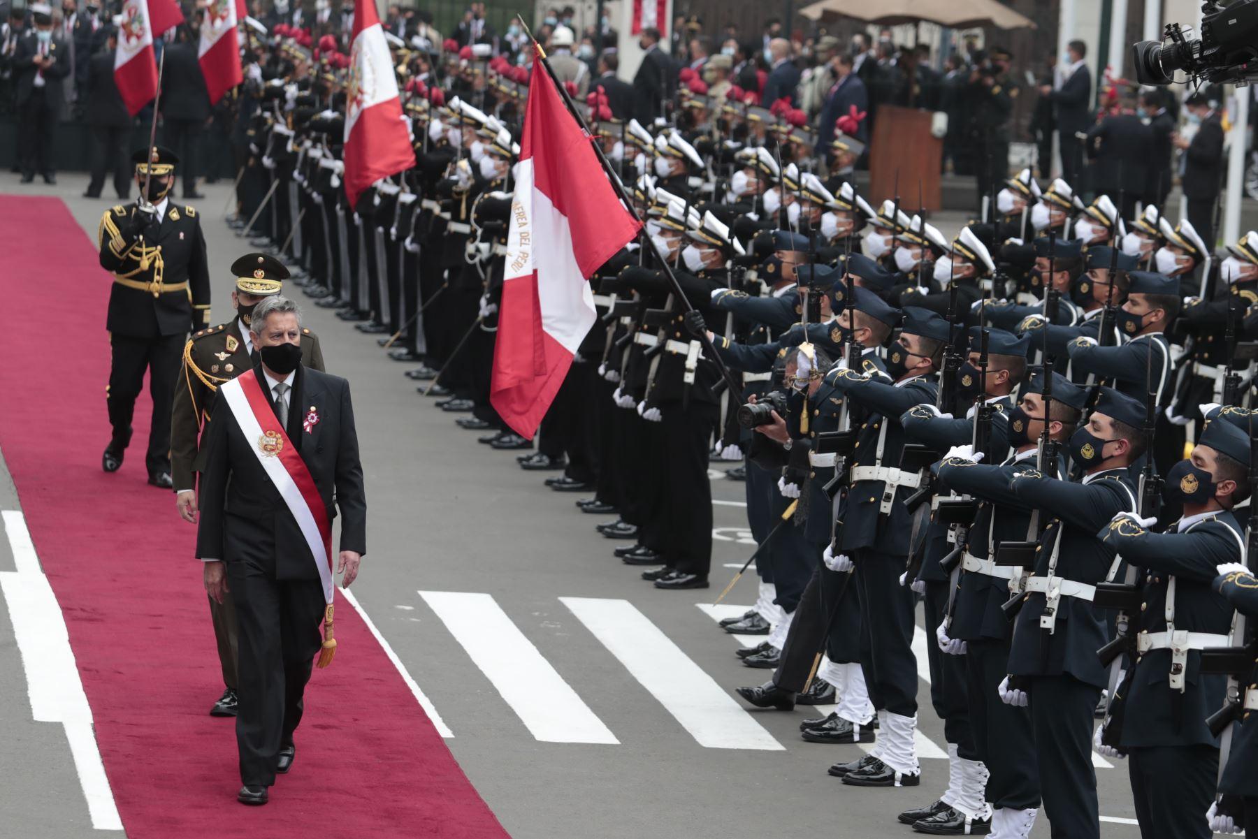 Presidente Francisco Sagasti entrega la banda presidencial en el Congreso de la República.  Foto: ANDINA/Renato Pajuelo