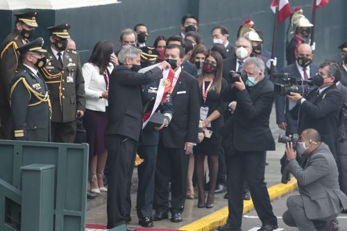 Presidente Francisco Sagasti entrega la banda presidencial en el Congreso de la República