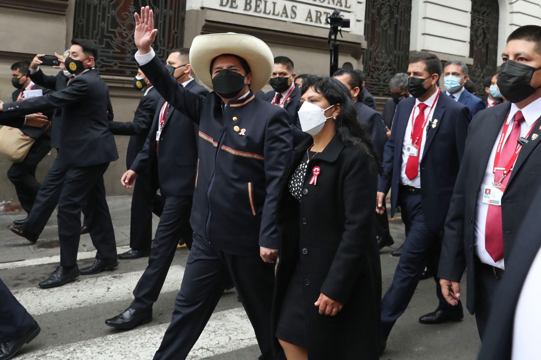 Presidente Pedro Castillo, junto a su esposa Lilia Paredes  se dirige al Congreso de la República por la calle Junín. Foto: ANDINA/Carla Patiño Ramírez