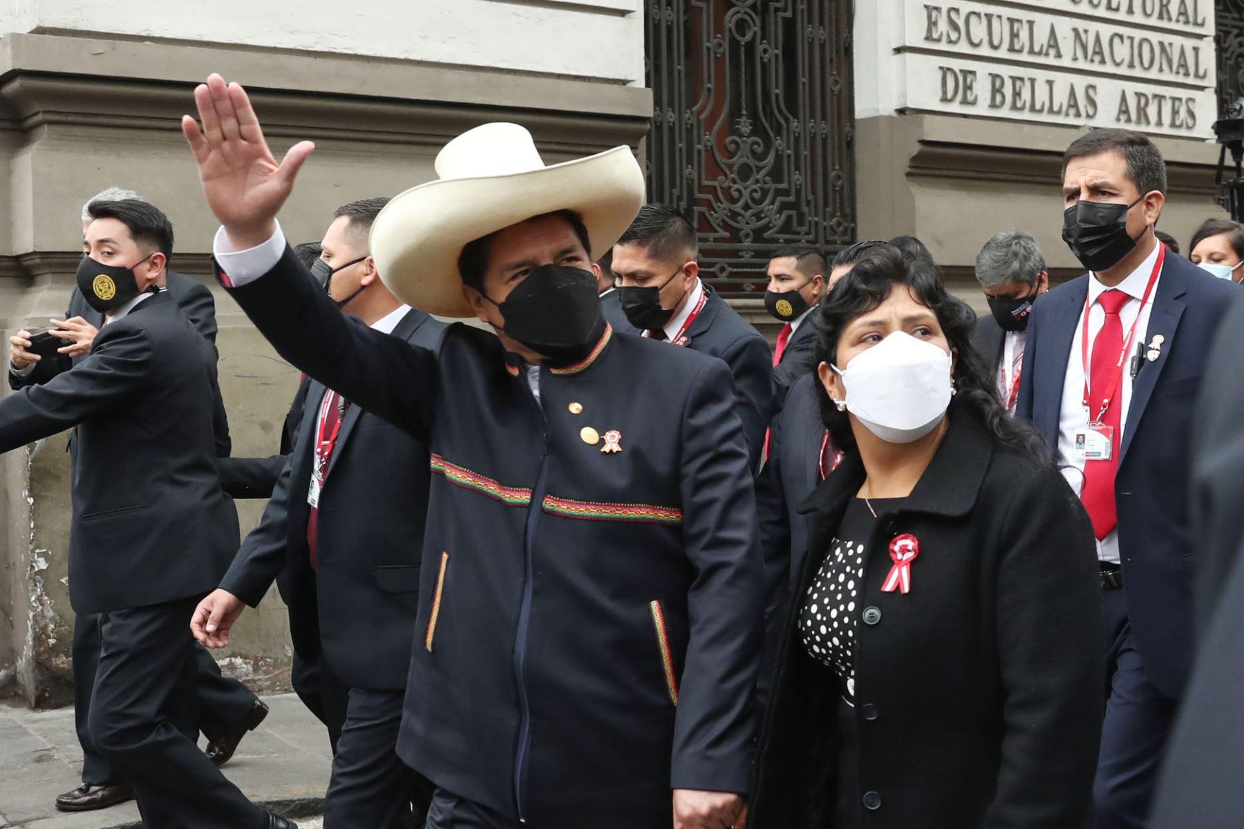 Presidente Pedro Castillo, junto a su esposa Lilia Paredes  se dirige al Congreso de la República por la calle Junín.Foto: ANDINA/Carla Patiño Ramírez