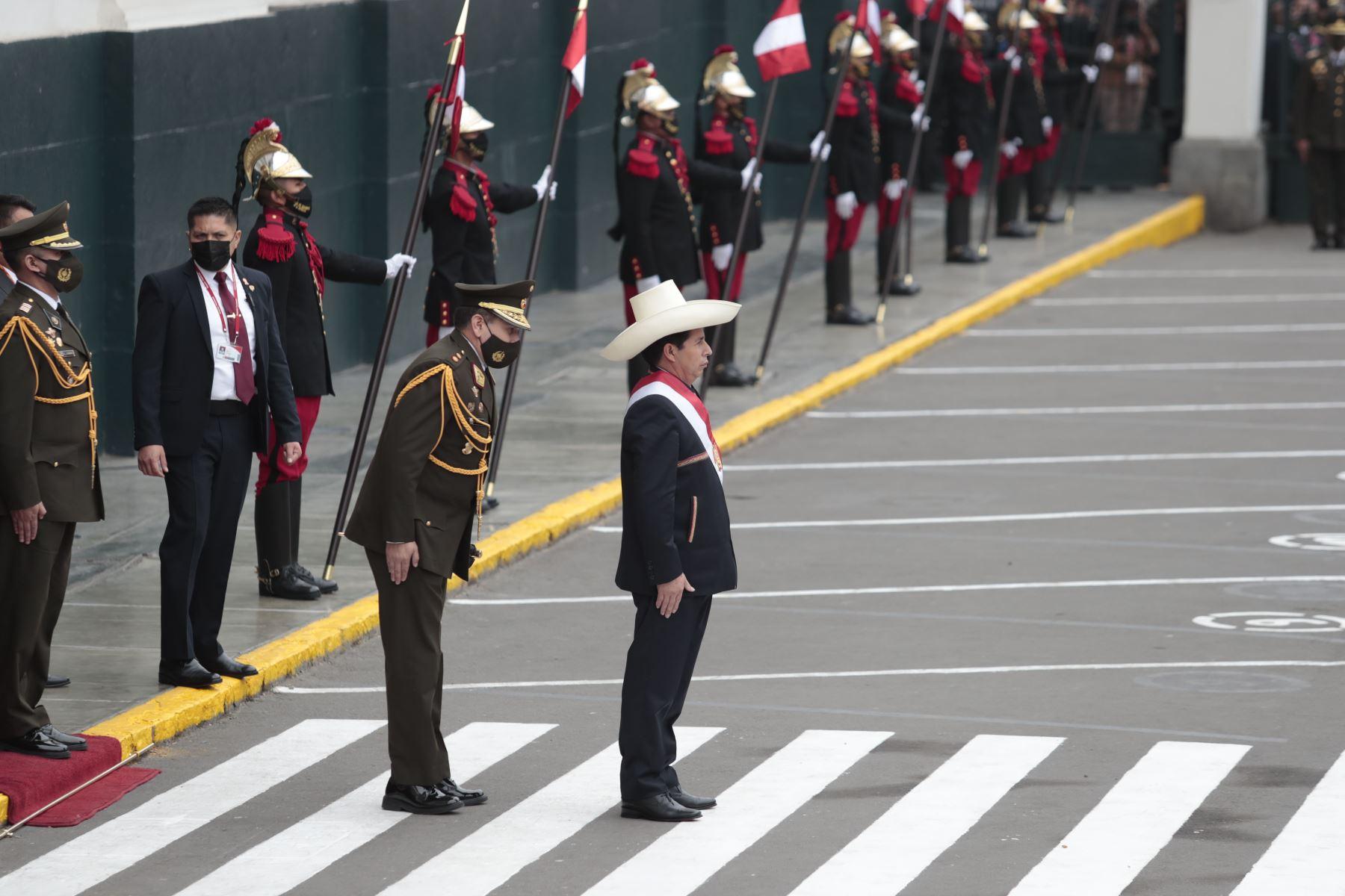 Presidente de la República, Pedro Castillo, a su salida del Congreso de la República tras dar Mensaje a la Nación. Foto: ANDINA/Renato Pajuelo