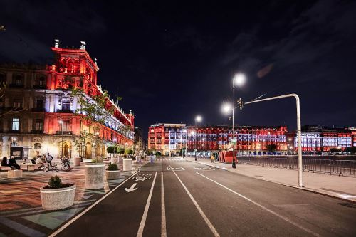 Plaza de la Constitución, en la Ciudad de México, con los colores rojo y blanco del Perú. ANDINA/Difusión