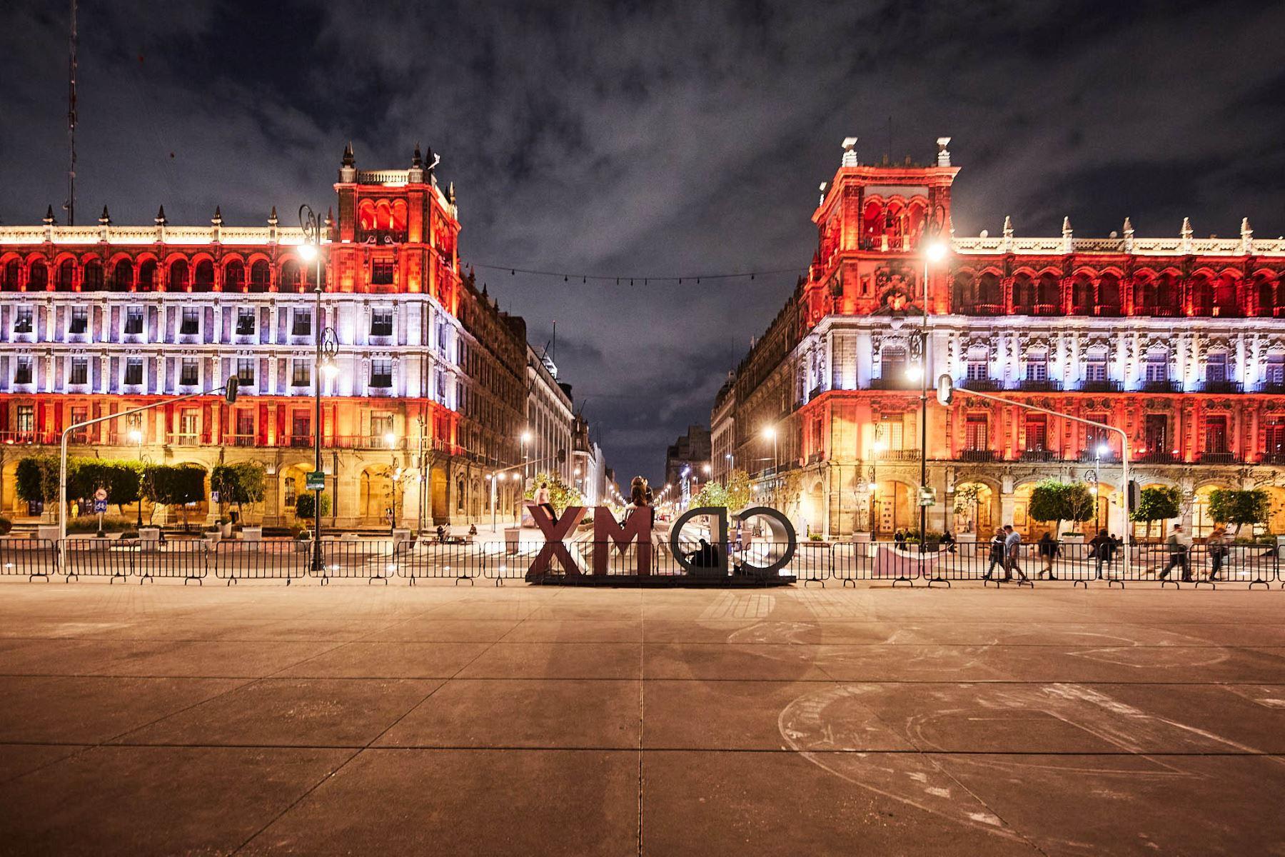 Plaza de la Constitución, Zócalo  de la Ciudad de México iluminó  los colores del Perú en el Bicentenario de la Independencia. Foto: @ElPeruEnMex