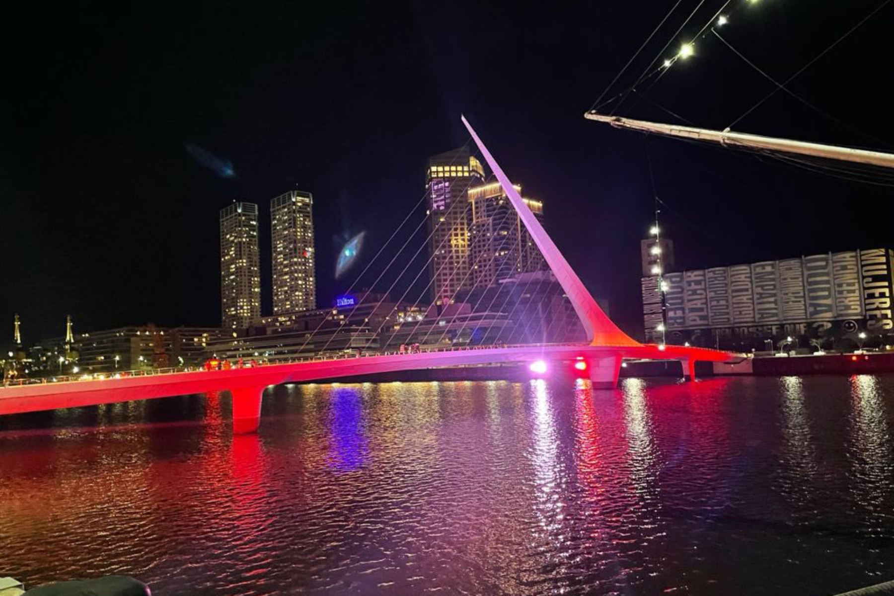 En conmemoración del Bicentenario Perú, la ciudad de Buenos Aires iluminó de rojo y blanco los principales monumentos: El Obelisco, la Torre Monumental, el Puente de la Mujer y la Usina del Arte lucieron este 28 de julio los colores patrios. Foto: @CancilleriaPeru