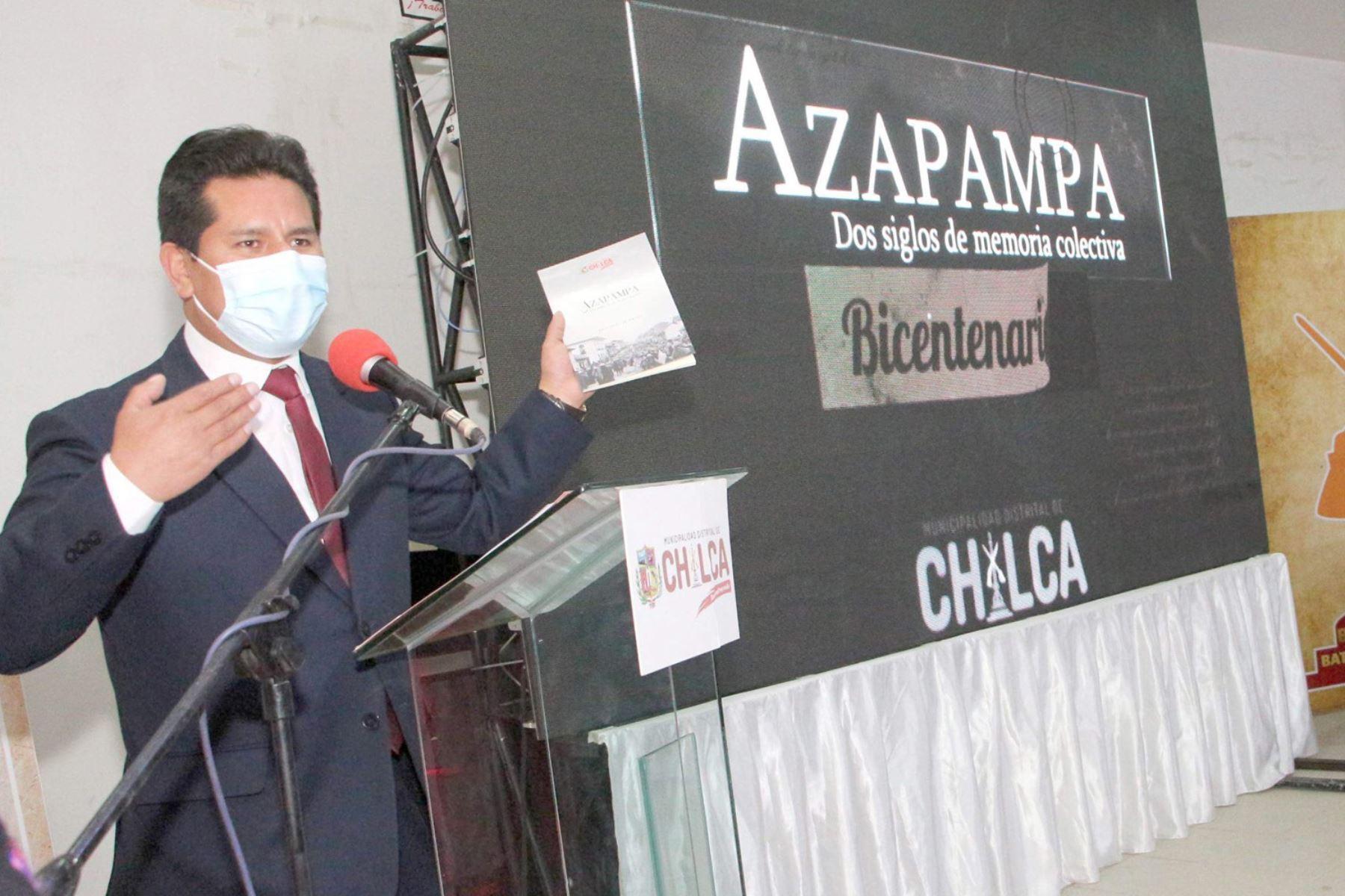 """El libro """"Azapampa: dos siglos de memoria colectiva - edición Bicentenario"""" consta de más de 200 páginas. Foto: ANDINA/Cortesía Pedro Tinoco"""