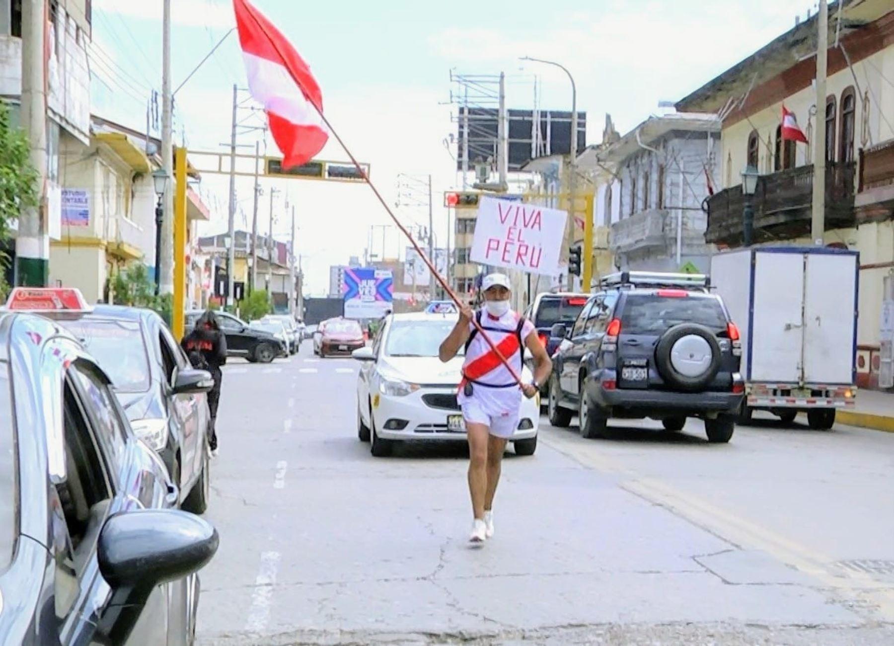 El atleta huancaíno Walter Fernández López corrió 22 kilómetros llevando la Bandera peruana y unió las ciudades de Huancayo y Concepción en homenaje al Bicentenario de Perú. Foto: ANDINA/difusión.