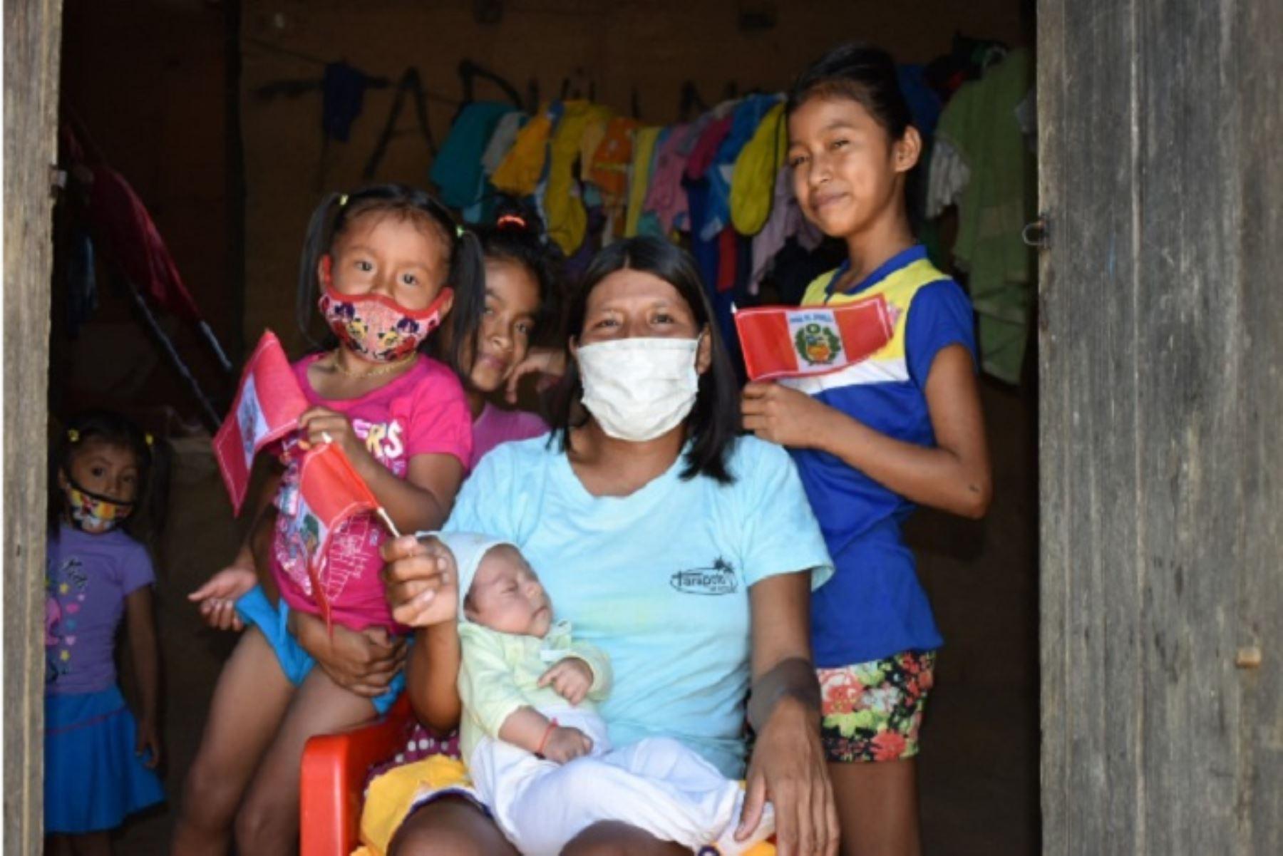 El programa Juntos entrega un incentivo monetario a las familias usuarias siempre y cuando cumplan con el compromiso de enviar a sus hijos al colegio y llevarlos a los centros de salud