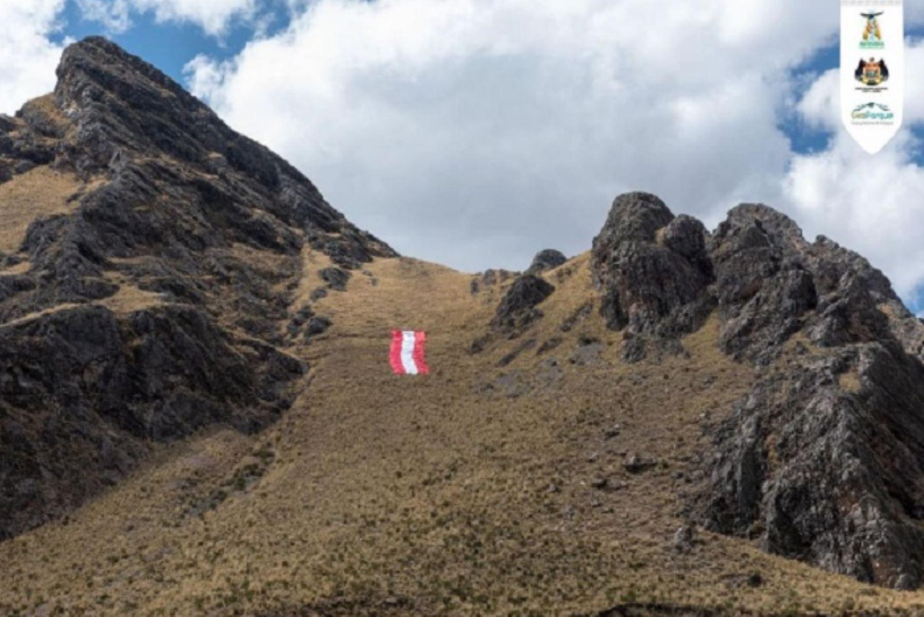 El símbolo patrio, de 10 metros de ancho por 70 metros de largo, fue trasladado hasta el apu de Sibayo, de casi 3,000 metros de altura.
