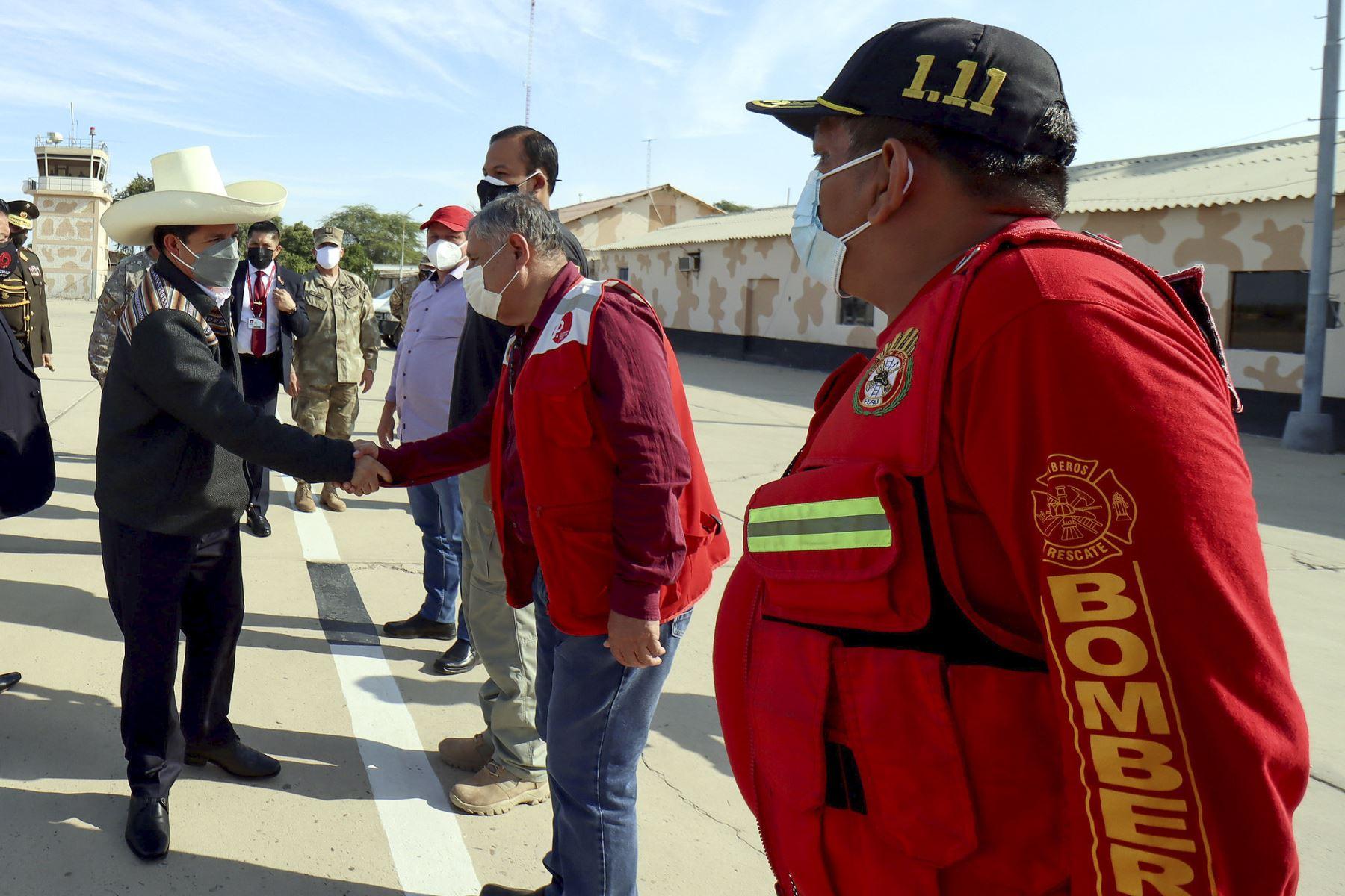 El presidente de la República, Pedro Castillo, viaja desde el Grupo Aéreo Número 8 a la ciudad de Sullana, región Piura, para inspeccionar los daños producidos por el sismo de 6,1 grados. Foto: Presidencia