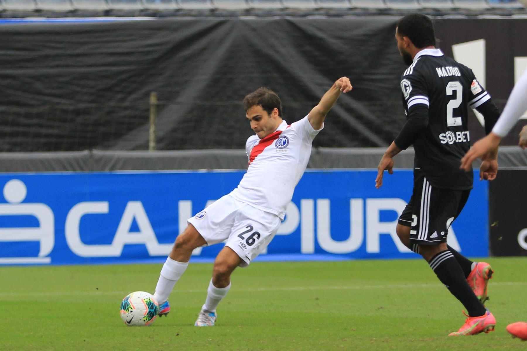 Piero Ratto del Deportivo Municipal dispara y anota ante Sporting Cristal durante partido por la tercera fecha de la Liga 1, en el estadio Alejandro Villanueva. Foto: Liga 1