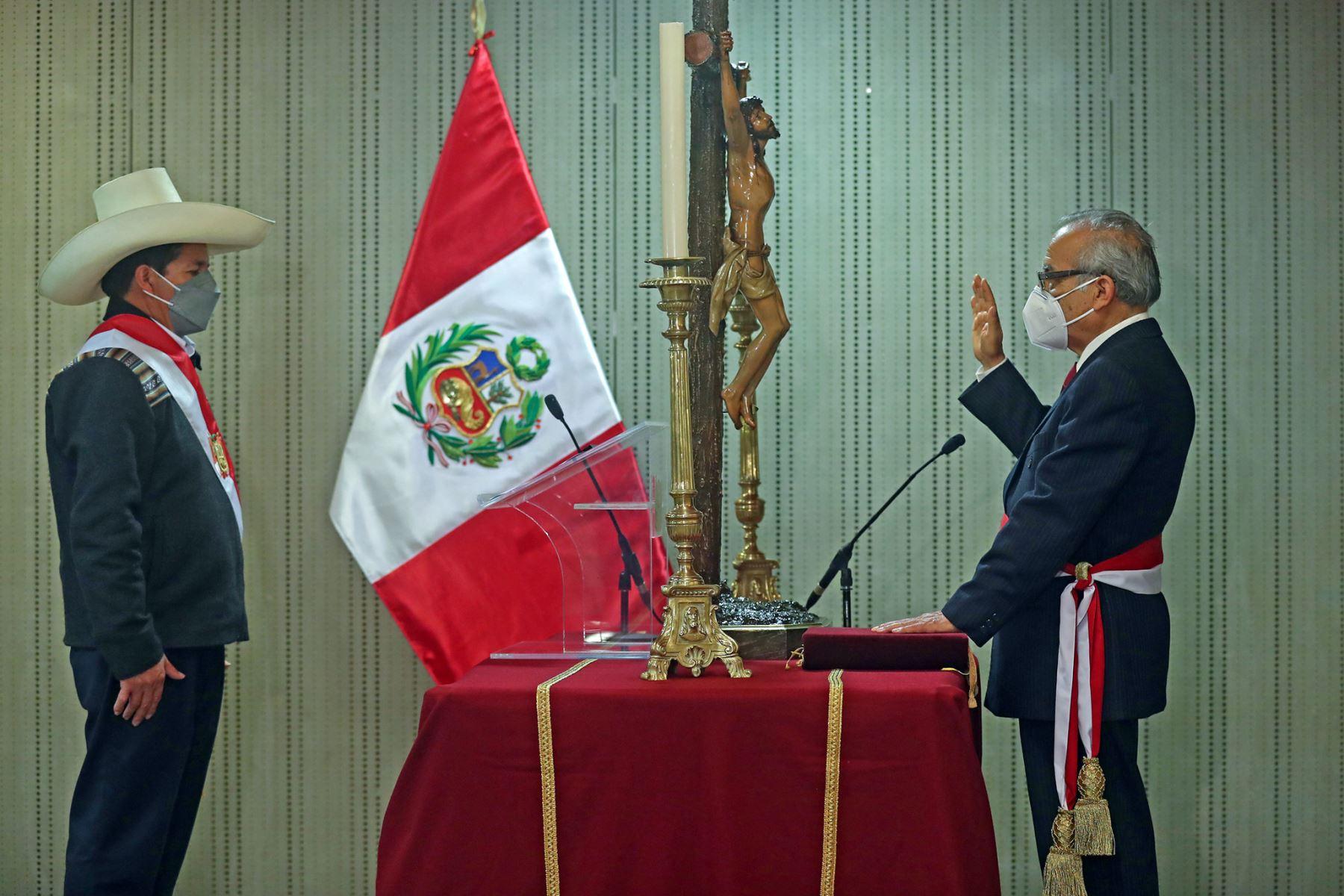 El presidente la República, Pedro Castillo, toma juramento de Aníbal Torres como ministro de Justicia y Derechos Humanos. Foto: ANDINA/Prensa Presidencia