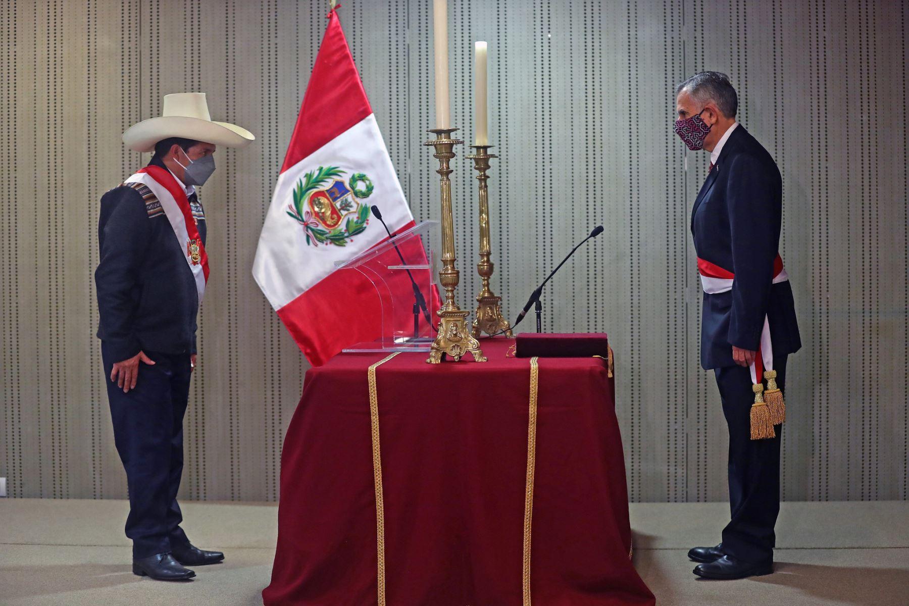 El presidente la República, Pedro Castillo, toma juramento de Pedro Francke como ministro de Economía y Finanzas. Foto: ANDINA/Prensa Presidencia