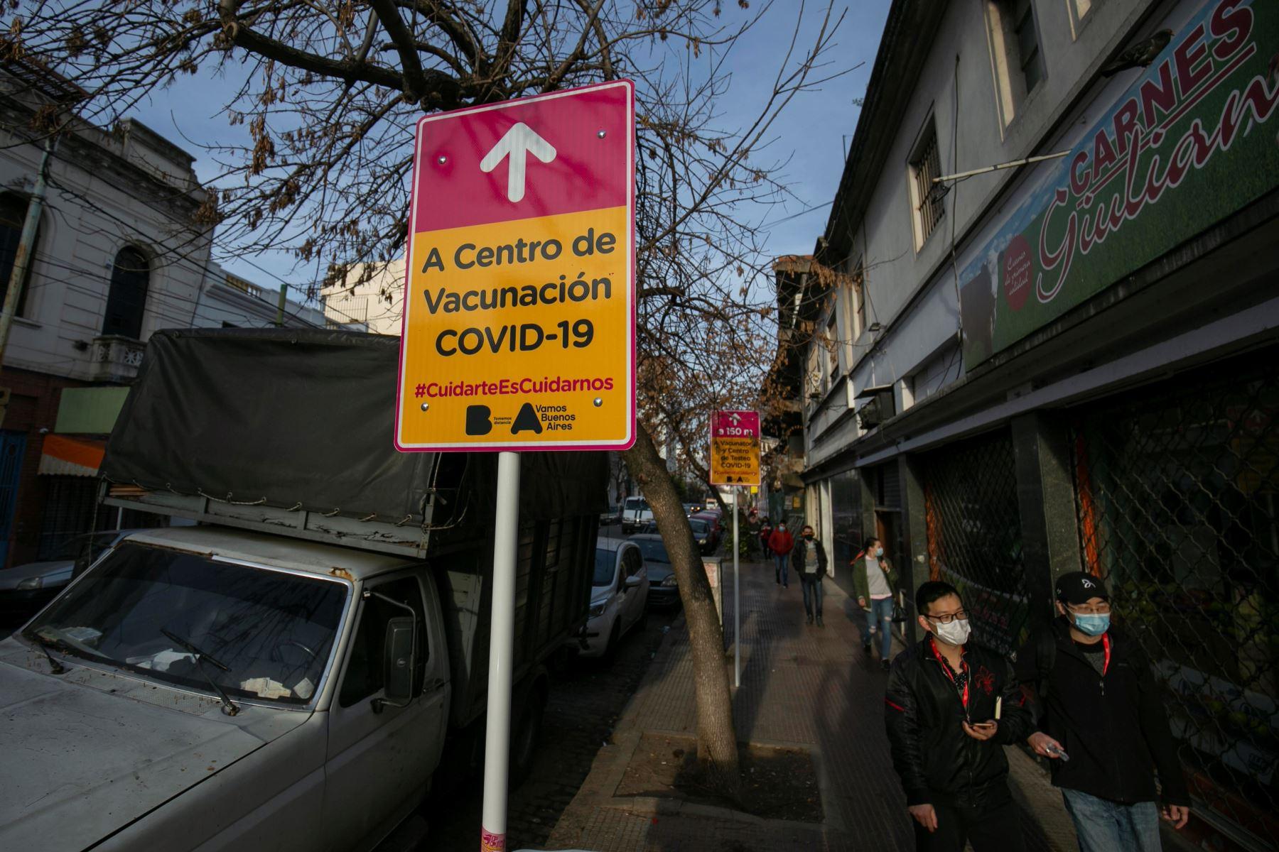 Un cartel indicativo hacia el centro de vacunación de un barrio porteño, en Buenos Aires, Argentina. La mitad de la población cuenta ya con una dosis de la vacuna contra la covid-19. Foto: EFE