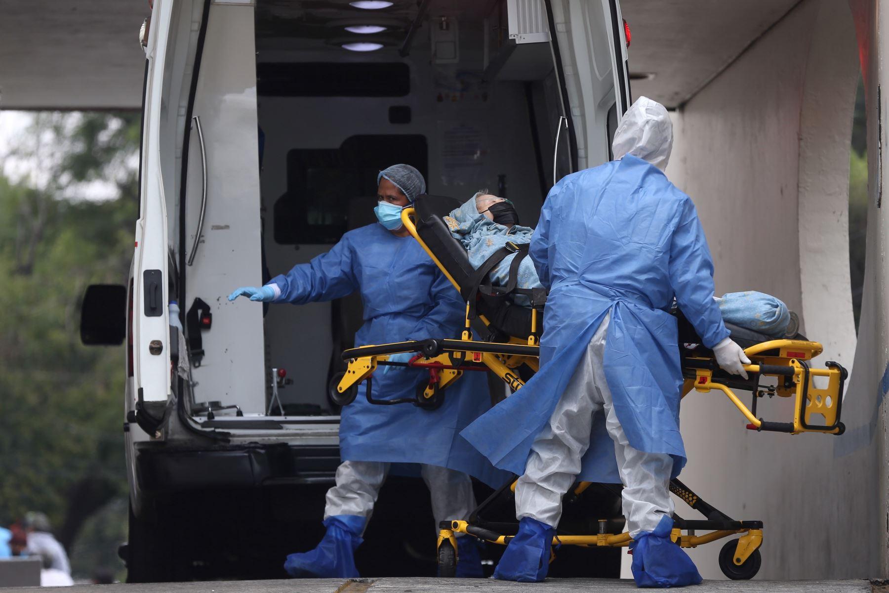 Trabajadores de salud trasladan a una persona infectada por covid-19 en el área de emergencias del Hospital General de la Ciudad de México. Foto: EFE