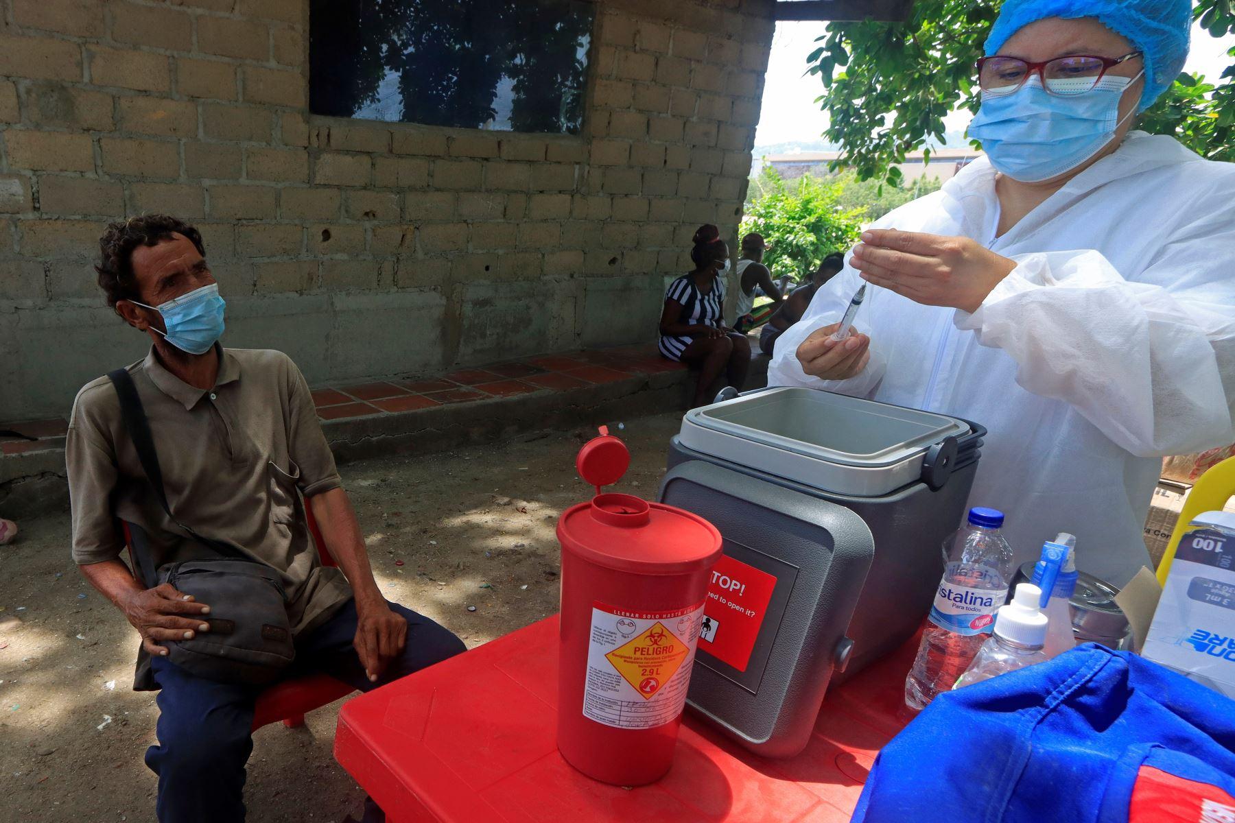 Un habitante de la calle recibe esto procedente de la vacuna de Janssen contra el covid-19 durante una jornada de vacunación, en Cartagena, Colombia. Foto: EFE