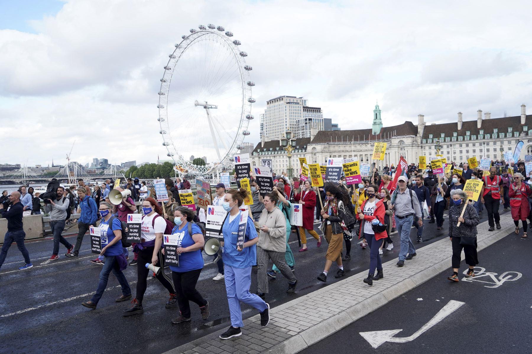 Trabajadores de salud protestan por aumento de salario en el centro de Londres, Inglaterra. Foto: AFP