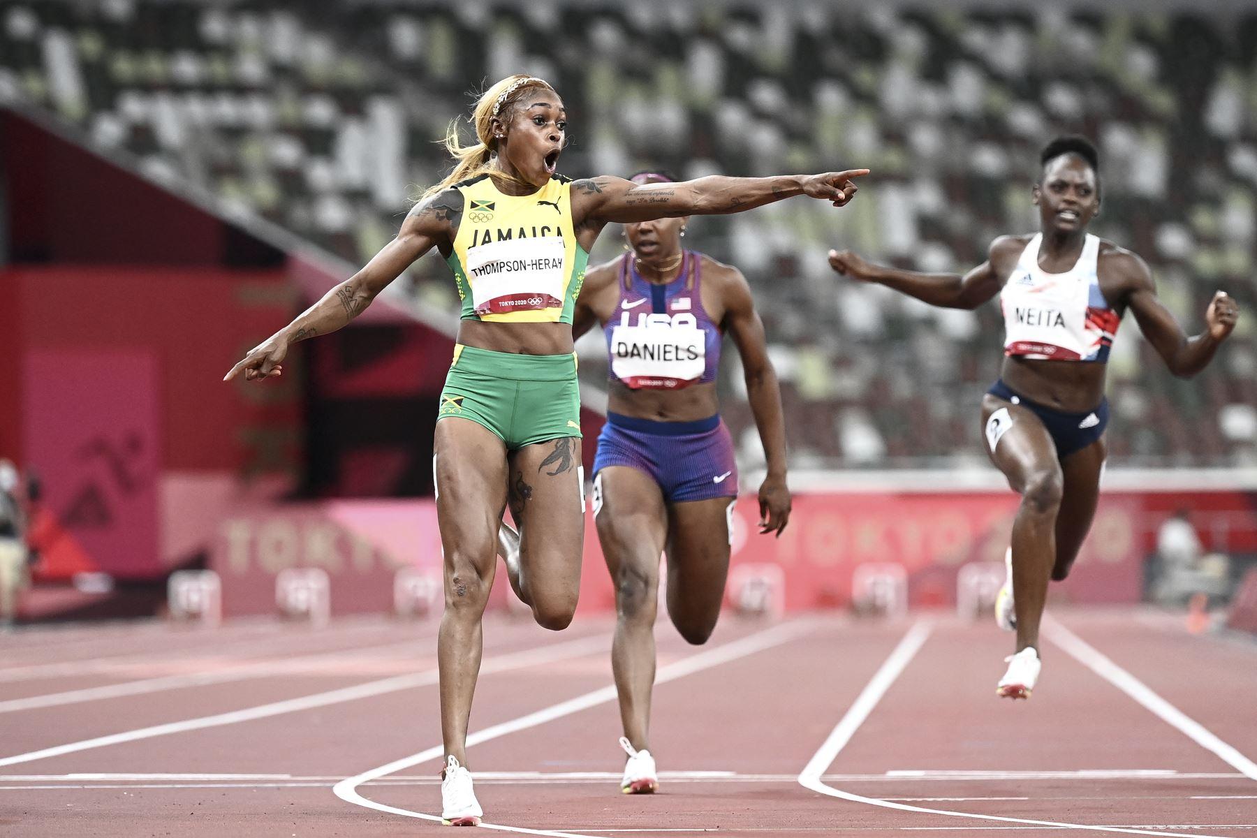 Elaine Thompson-Herah de Jamaica cruza la línea y gana la final femenina de 100 metros durante los Juegos Olímpicos de Tokio 2020, en el Estadio Olímpico de Tokio. Foto: AFP