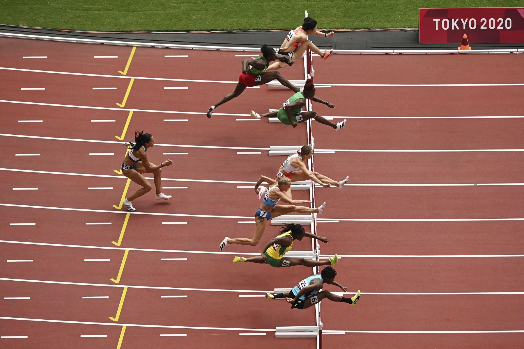 La griega Elisavet Pesiridou no logra terminar en las eliminatorias femeninas de 100 metros con vallas durante los Juegos Olímpicos de Tokio 2020 en el Estadio Olímpico de Tokio. Foto: AFP