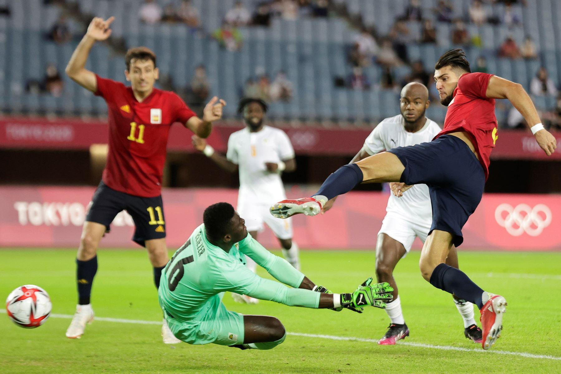 Rafa Mir marcando un gol durante el partido de cuartos de final masculino entre España y Costa de Marfil, en los Juegos Olímpicos de Tokio 2020, en Miyagi, cerca de Sendai, Japón. Foto: EFE