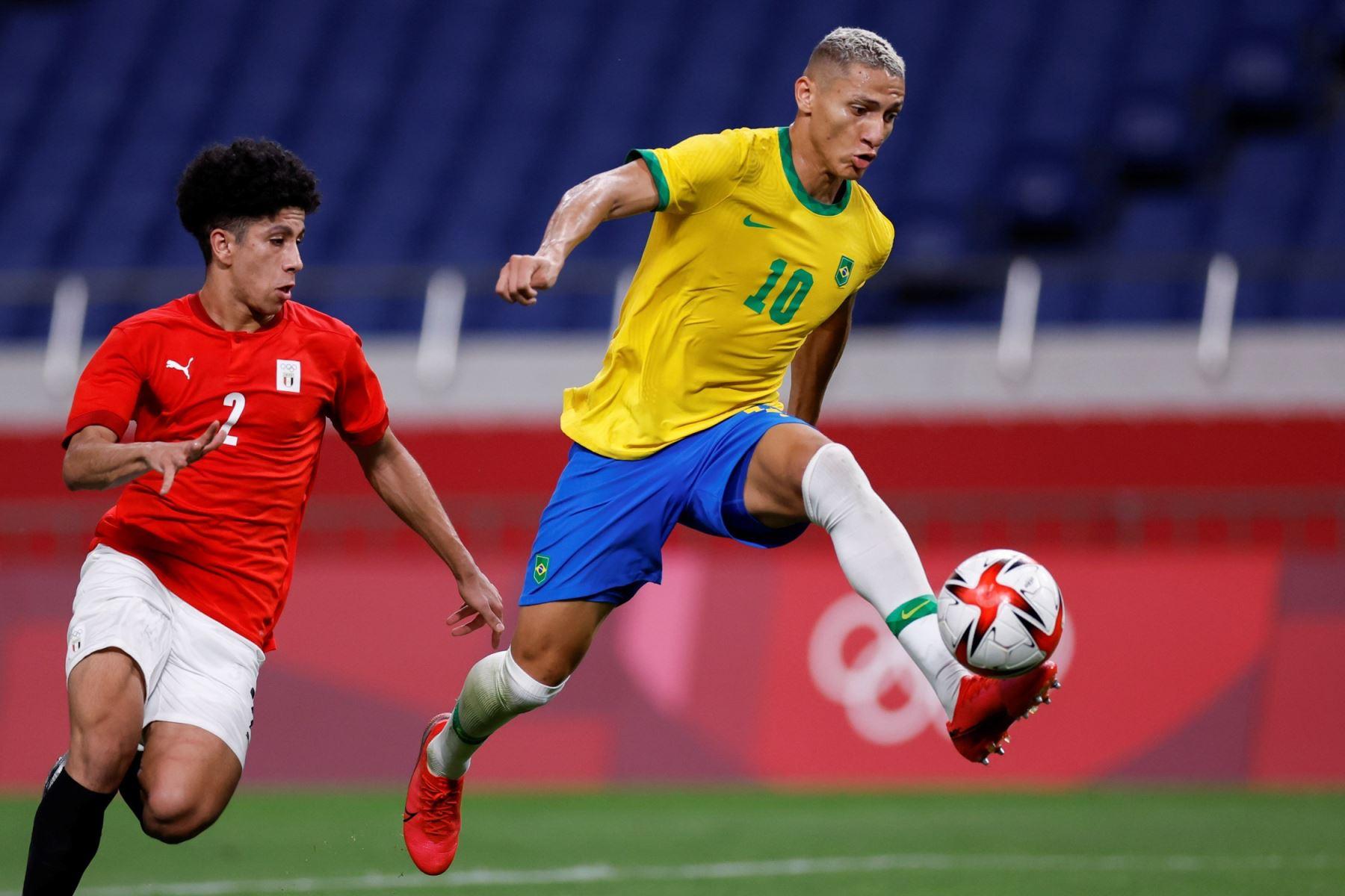El delantero brasileño Richarlison controla el balón ante la marca del centrocampista egipcio Ammar Hamdy durante los cuartos de final de los Juegos Olímpicos 2020,, en el Estadio de Kashima, Japón. Foto: EFE