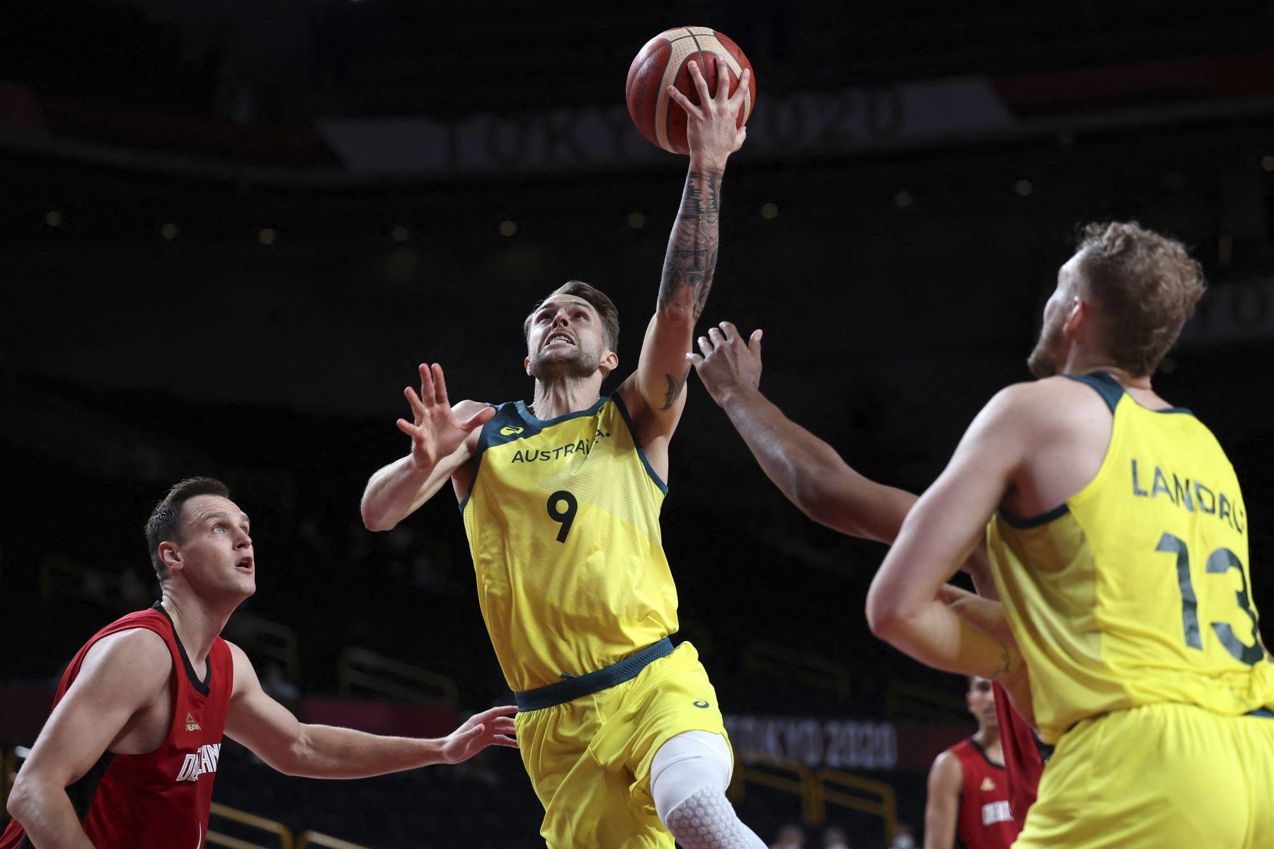 El australiano Nathan Sobey avanza a la canasta duarante partido de baloncesto por el grupo B de la ronda preliminar masculina de los Juegos Olímpicos de Tokio 2020, en el Saitama Super Arena en Saitama. Foto: AFP