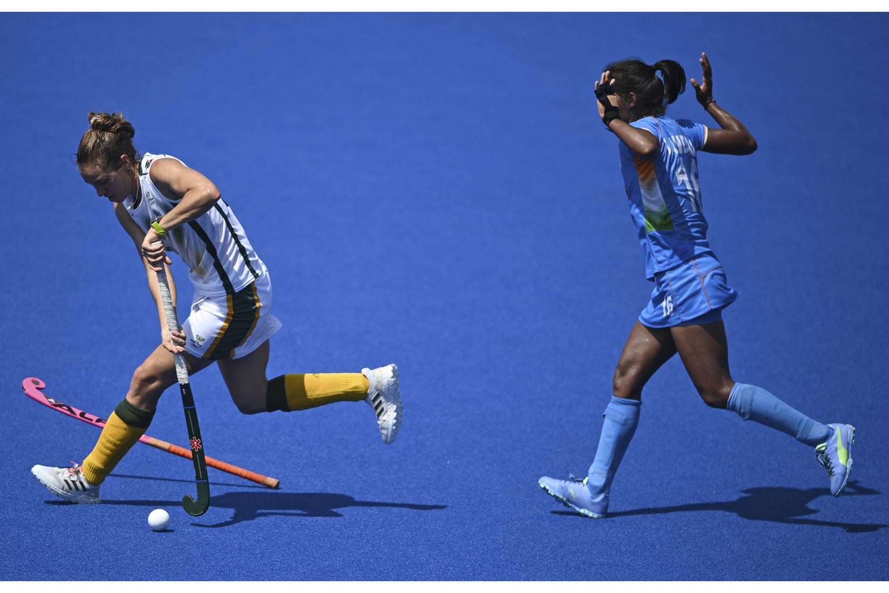 La sudafricana Kristen Paton dribla el balón ante la india Vandana Katariya durante encuentro por el grupo A de mujeres por los Juegos Olímpicos de Tokio 2020. Foto: AFP