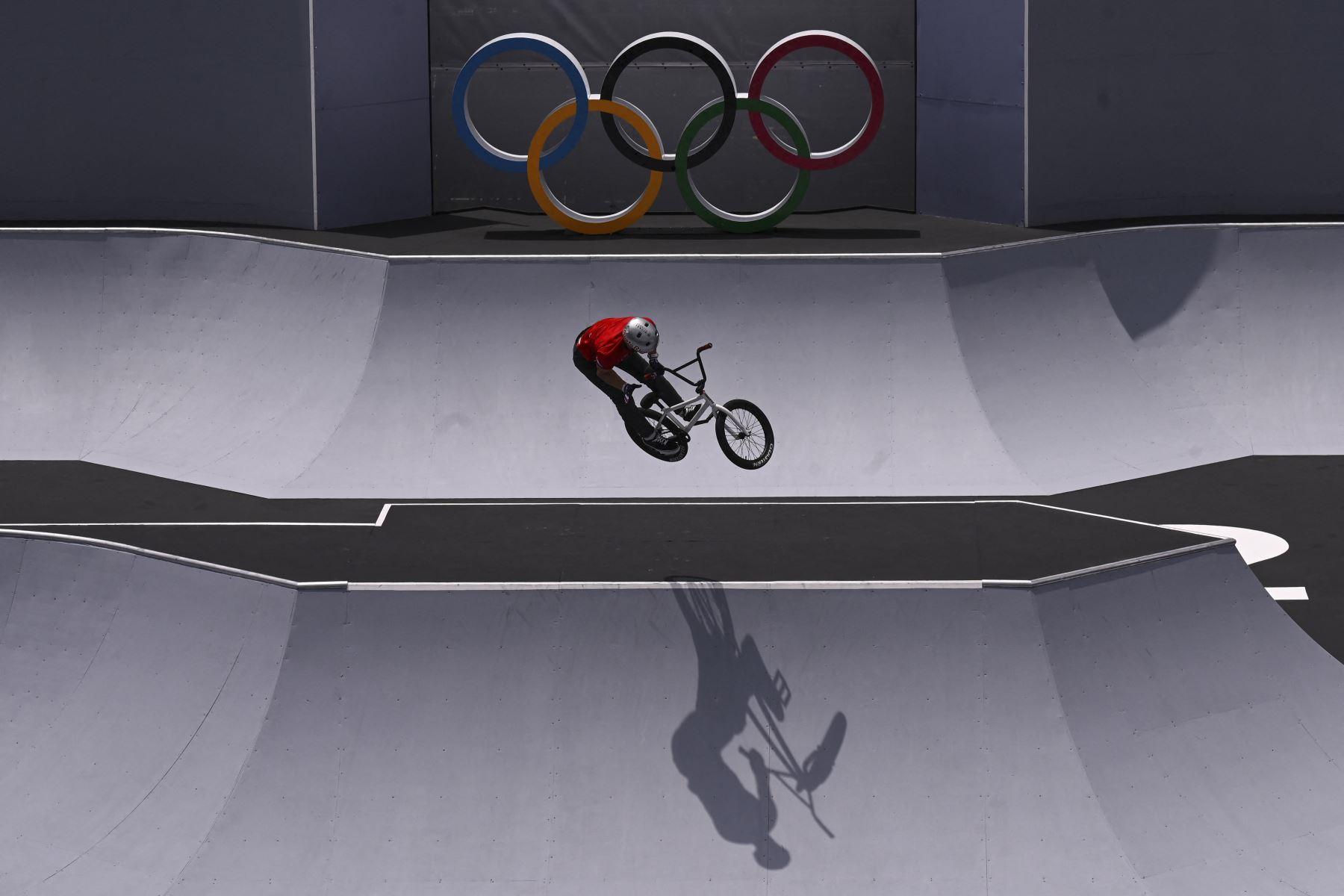 Kenneth Tencio Esquivel de Costa Rica compite en el evento de ciclismo BMX estilo libre, en el Ariake Urban Sports Park, durante los Juegos Olímpicos de Tokio 2020. Foto: AFP